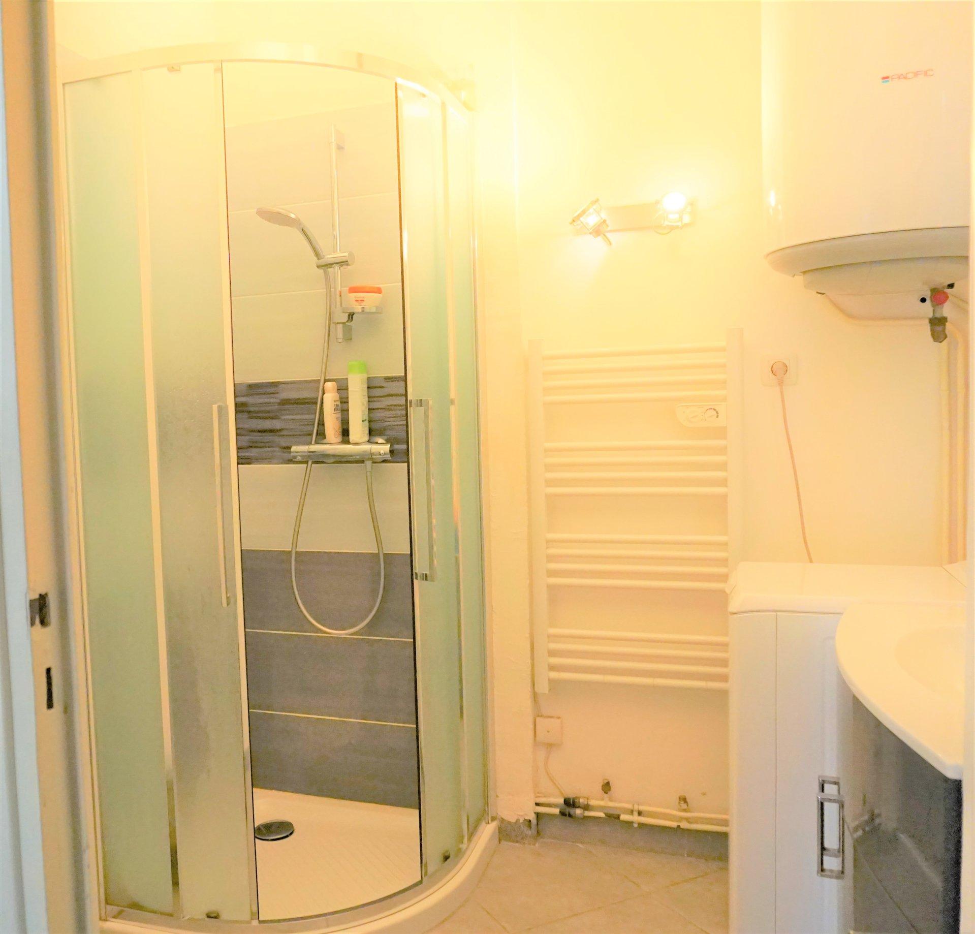 La salle de bain moderne et fonctionnelle