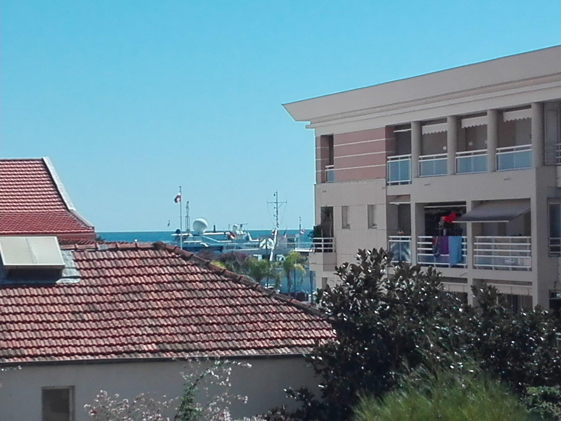 F3  traversant au premier étage d'une résidence avec piscine et gardien parking privatif