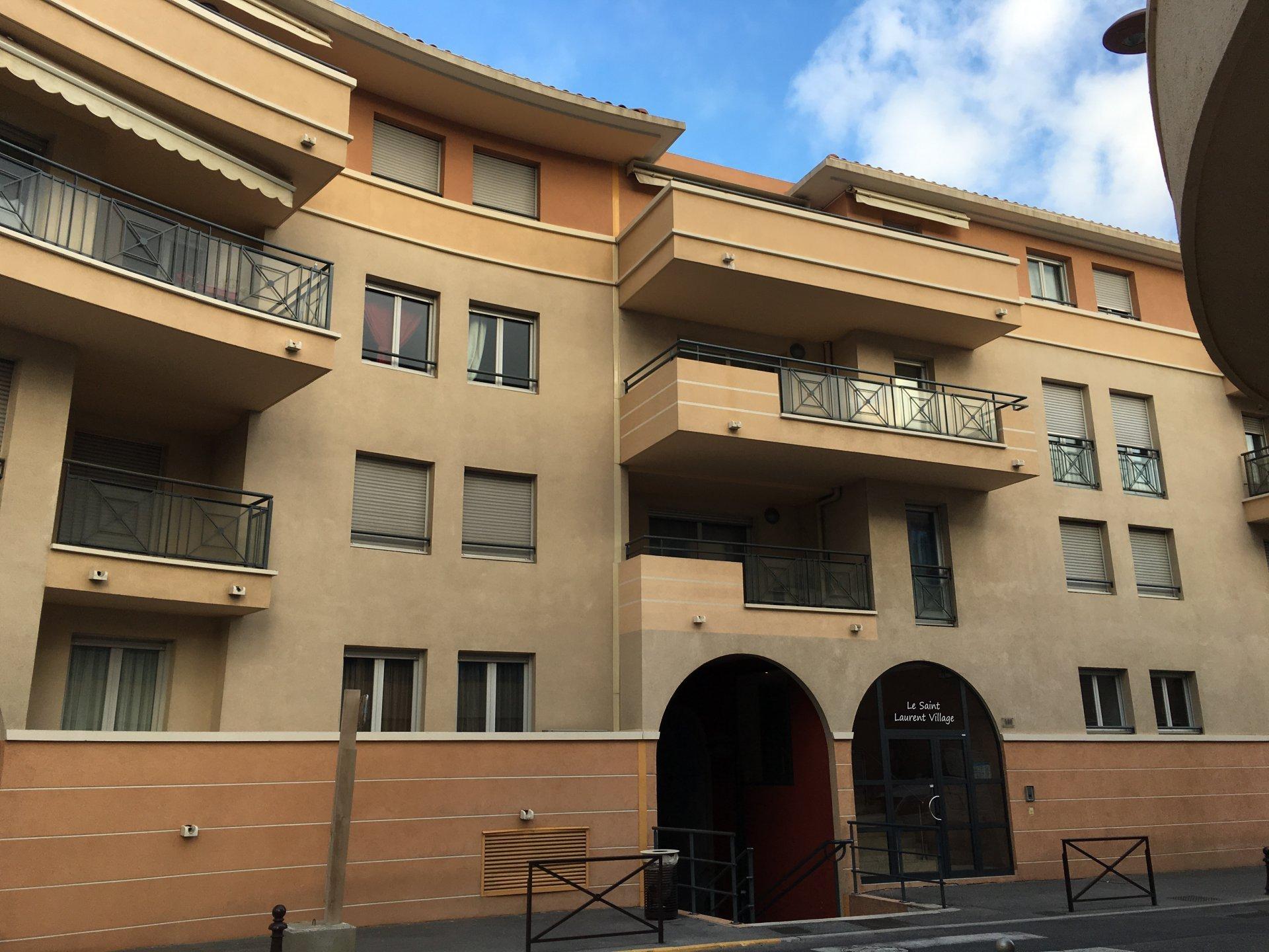 SAINT LAURENT DU VAR (06700)- 3P ARRIÈRE DE CENTRE VILLE - BALCON - GARAGE