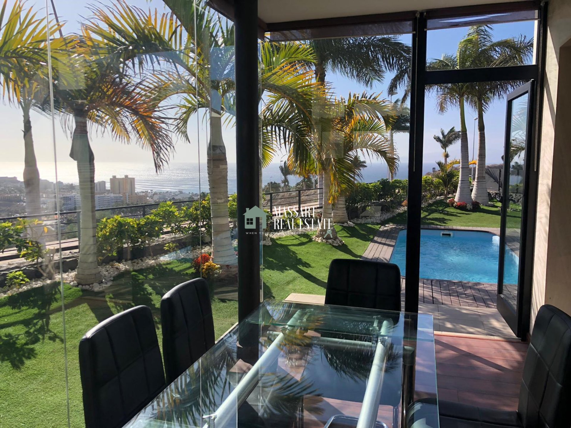 For sale in the municipality of Adeje, in the residential complex Caldera del Rey, fully furnished independent villa with privileged views.