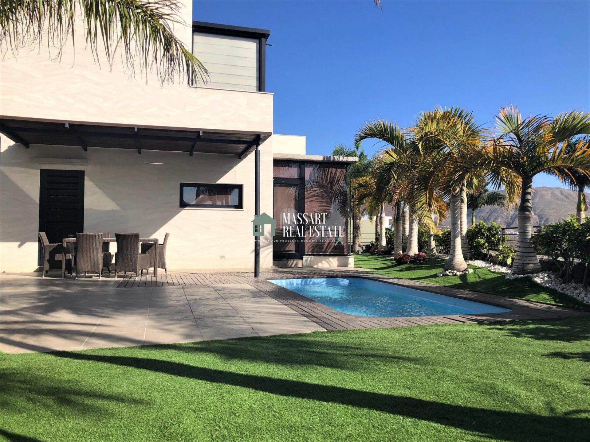 A vendre dans la municipalité de Adeje, dans le complexe résidentiel Caldera del Rey, villa indépendante entièrement meublée avec une vue privilégiée.
