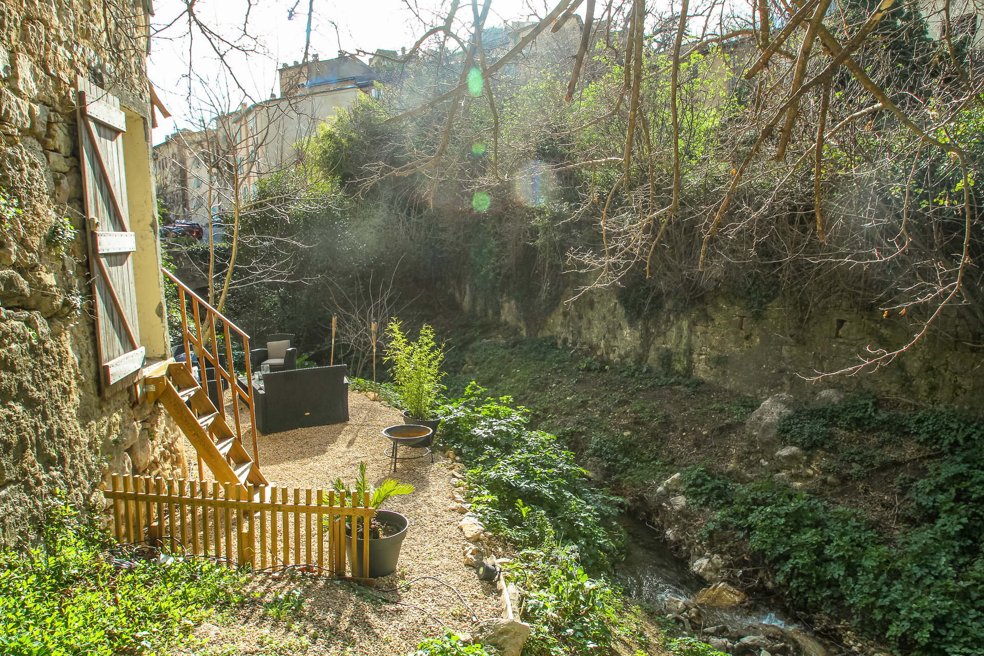 'En pierre' dorpshuis aan een beekje