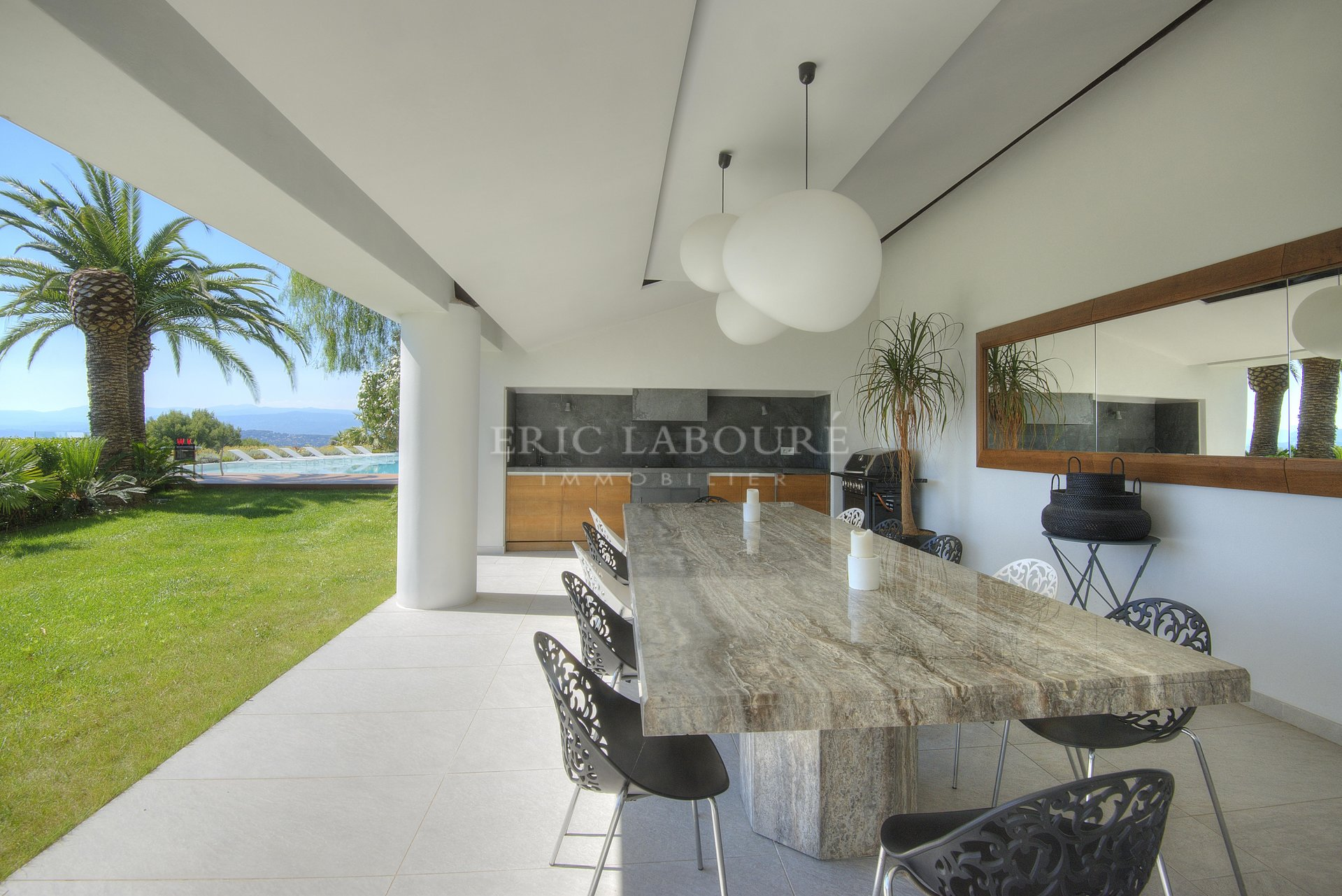 Kitchen bar, high ceiling