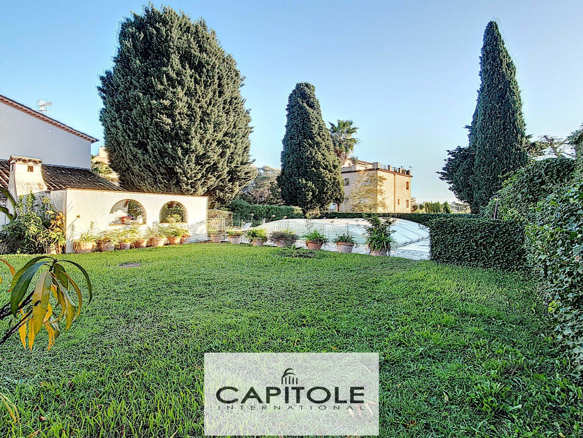 For sale, Antibes near city center, 2 detached villas, flat grounds, swimming pool, garage