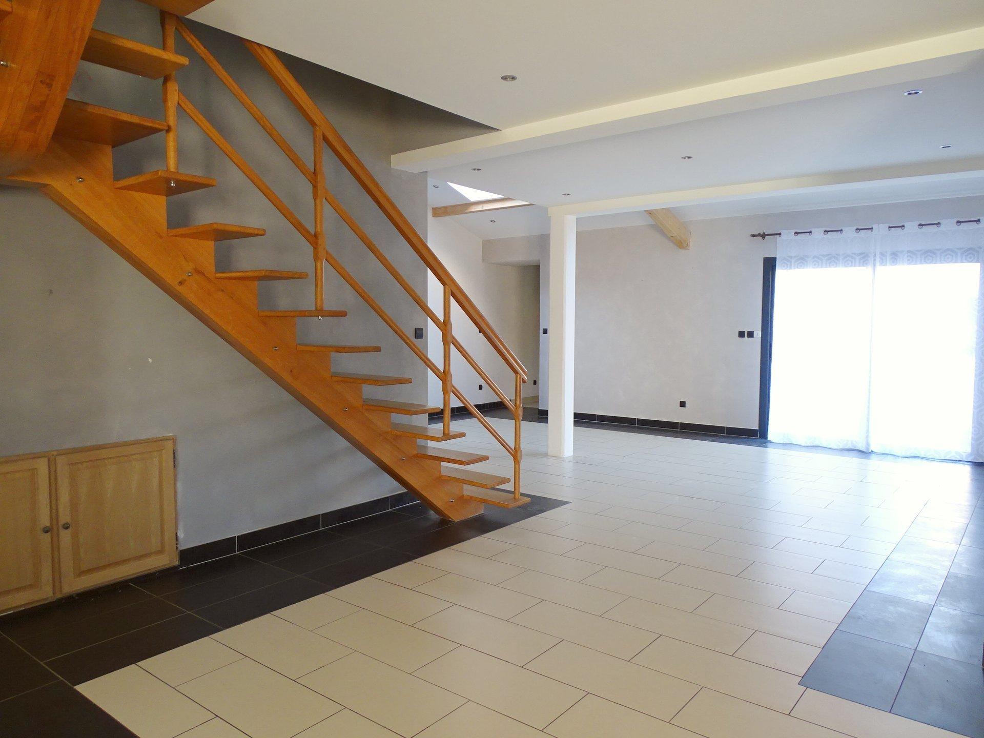 A 15 mn de Mâcon, dans un village avec toutes les commodités, maison disposant de superbes volumes ! Construite en 2009, elle est en excellent état et ne nécessite que du rafraichissement afin de la mettre à votre goût ! En rez de chaussée, elle dispose d'une entrée desservant la buanderie et une magnifique pièce à vivre de 95 m² baignée de lumière grâce à ses velux et baies vitrées. A l'étage, quatre chambres de 15 à 25 m² ainsi qu'une grande salle de bains.  La maison s'ouvre sur un garage ainsi que deux cours, une à l'est et une à l'ouest avec une belle vue sur les monts du mâconnais.  Produit rare de par ses volumes et prestations ! Honoraires à charge vendeurs;