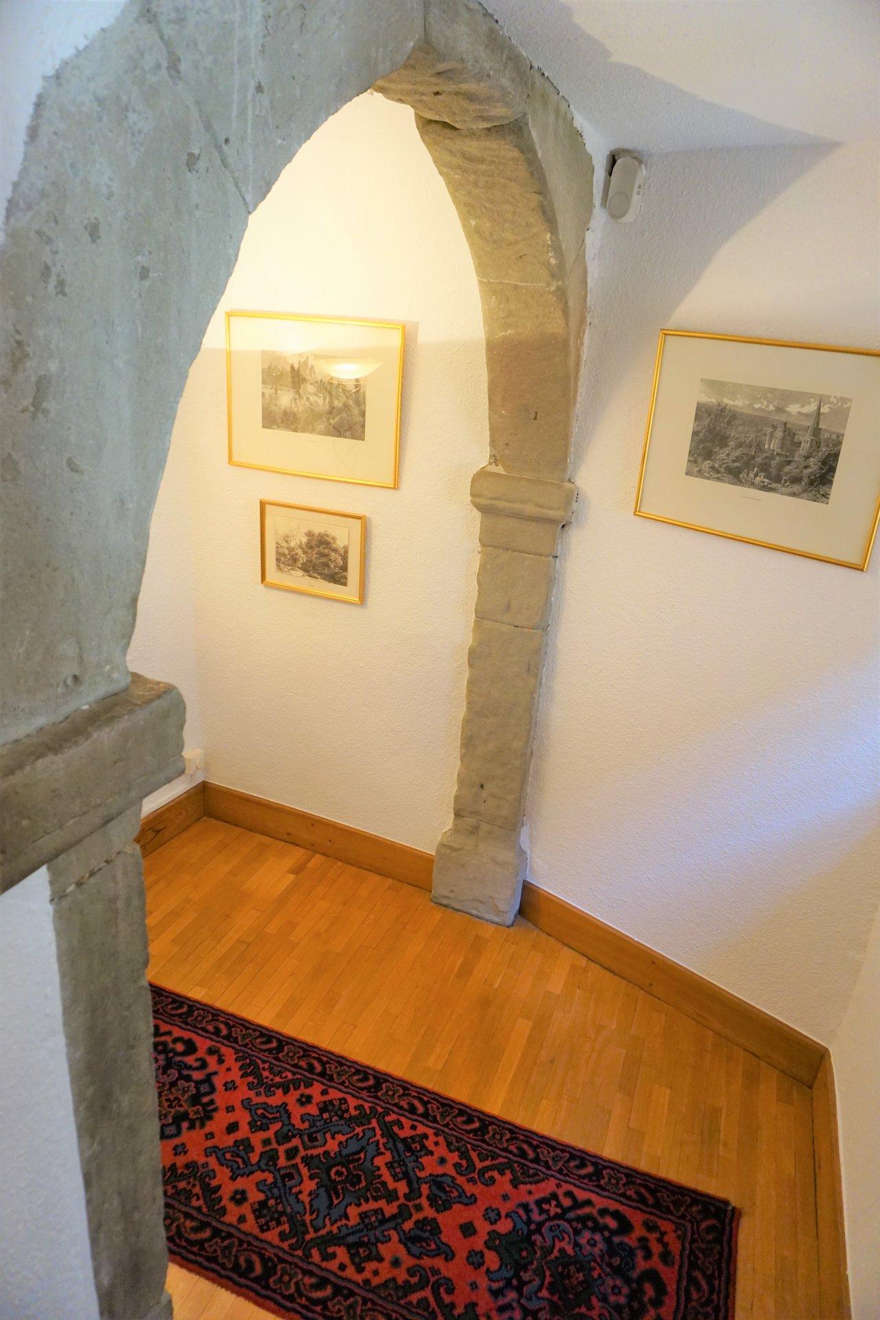 Escalier avec arche en pierre