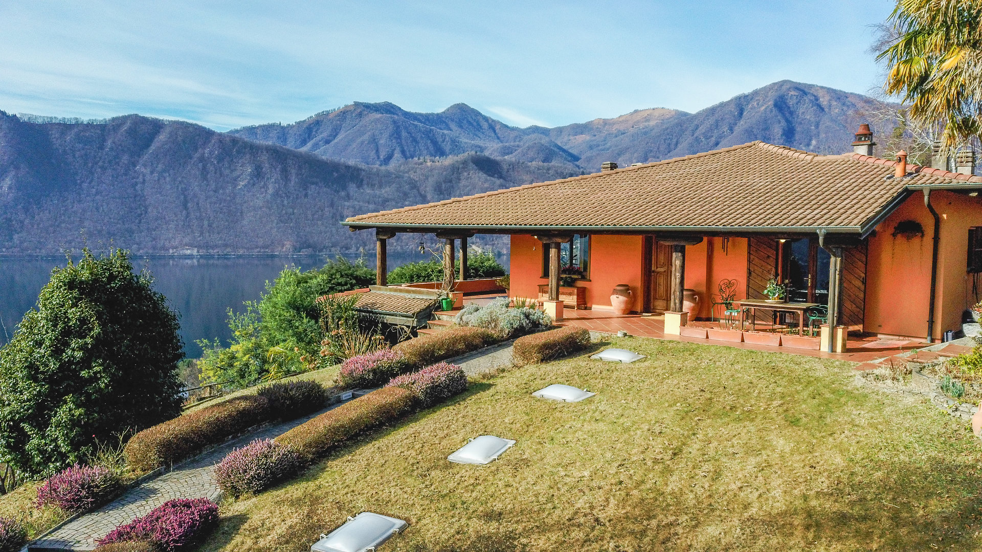 Elegant villa for sale in Pettenasco, overlooking the Lake Orta