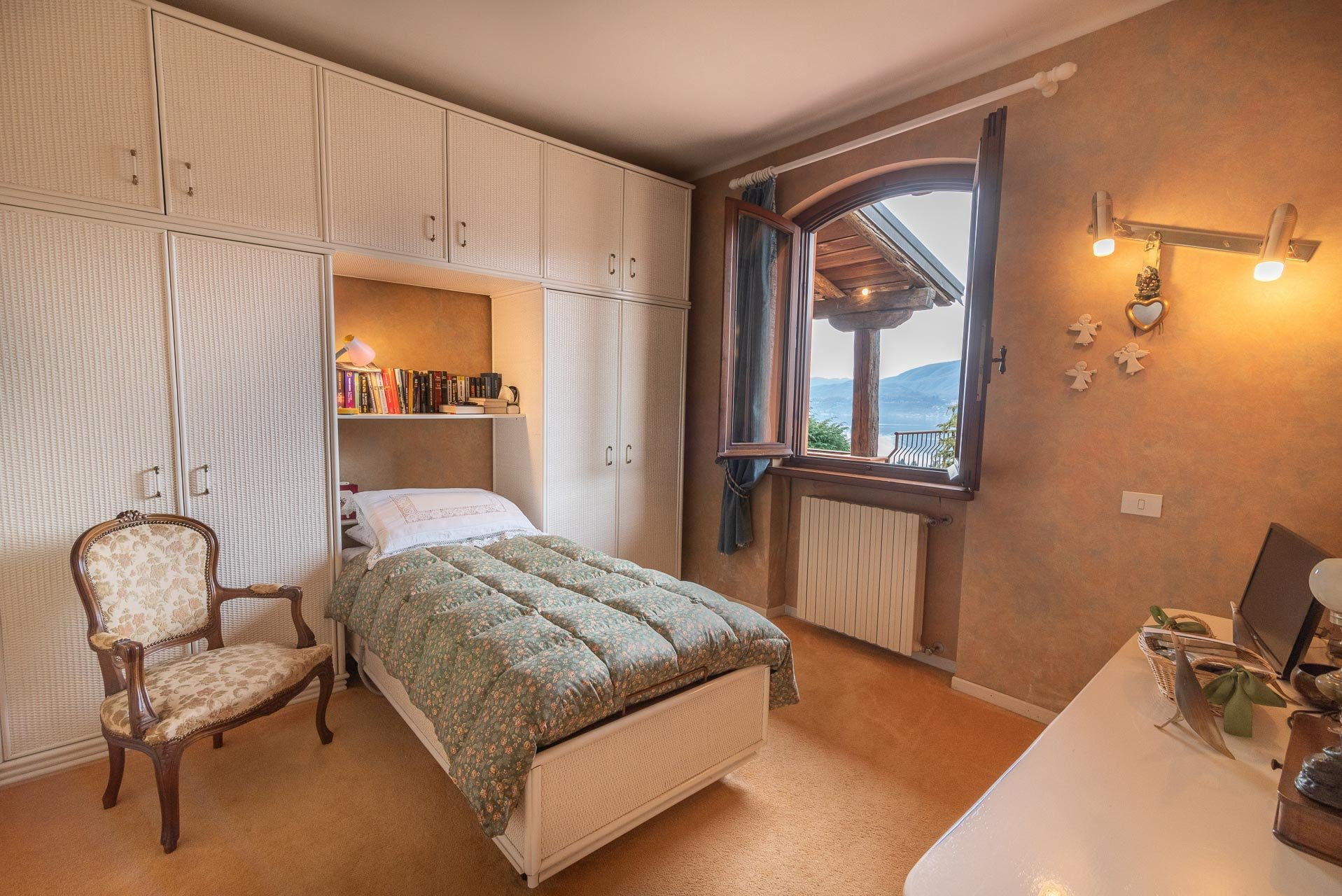 Elegant villa for sale in Pettenasco on Lake Orta - small bedroom