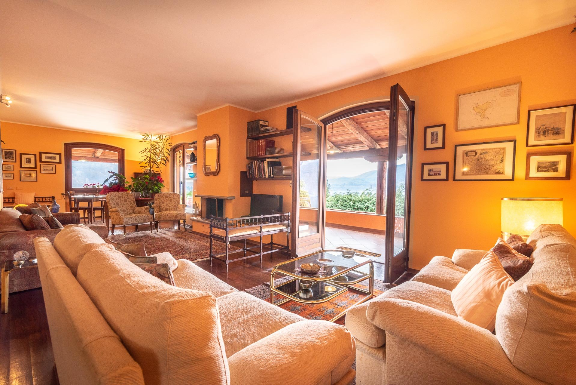 Elegant villa for sale in Pettenasco on Lake Orta - elegant living room
