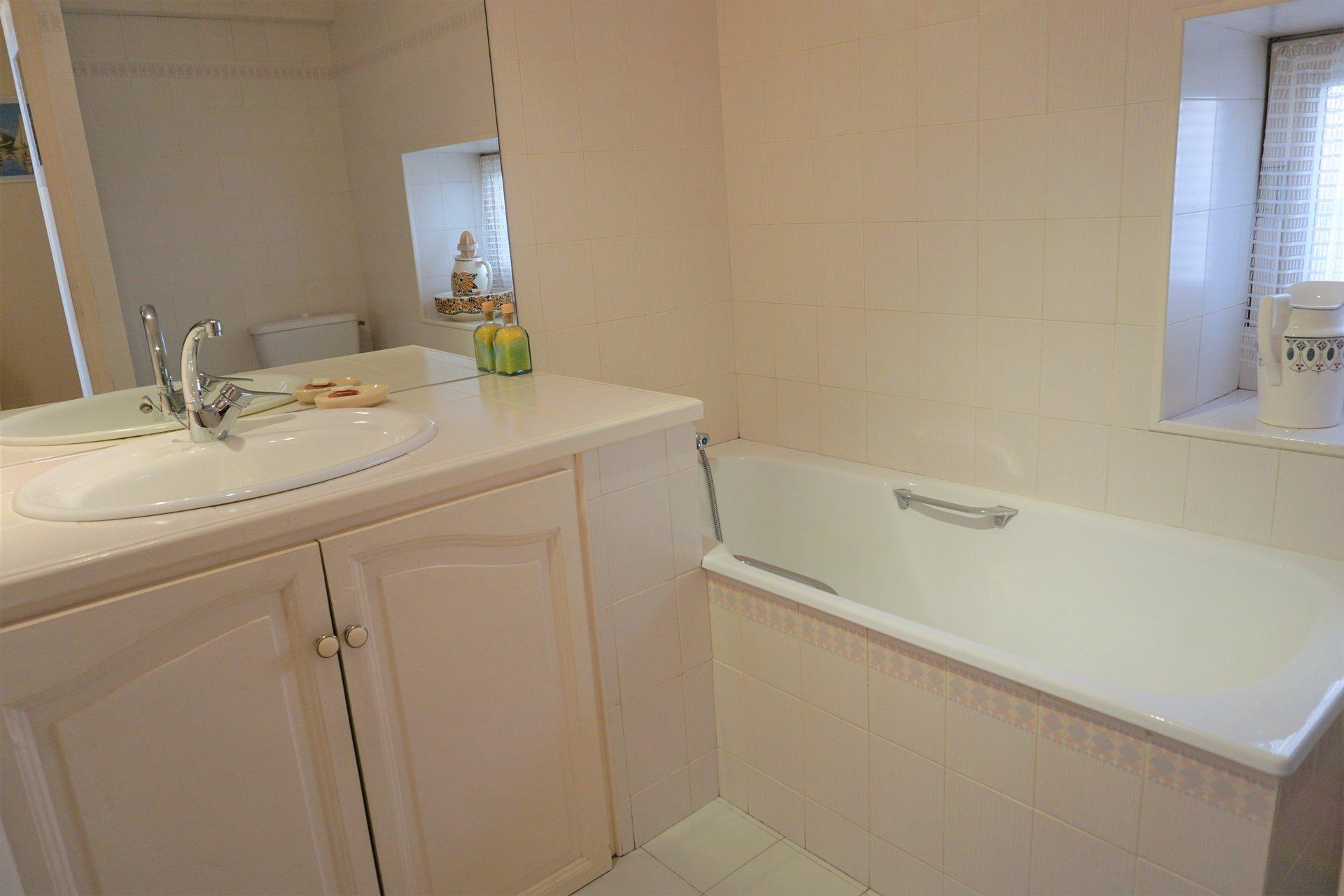 Salle de bains avec baignoire et 2ème toilette