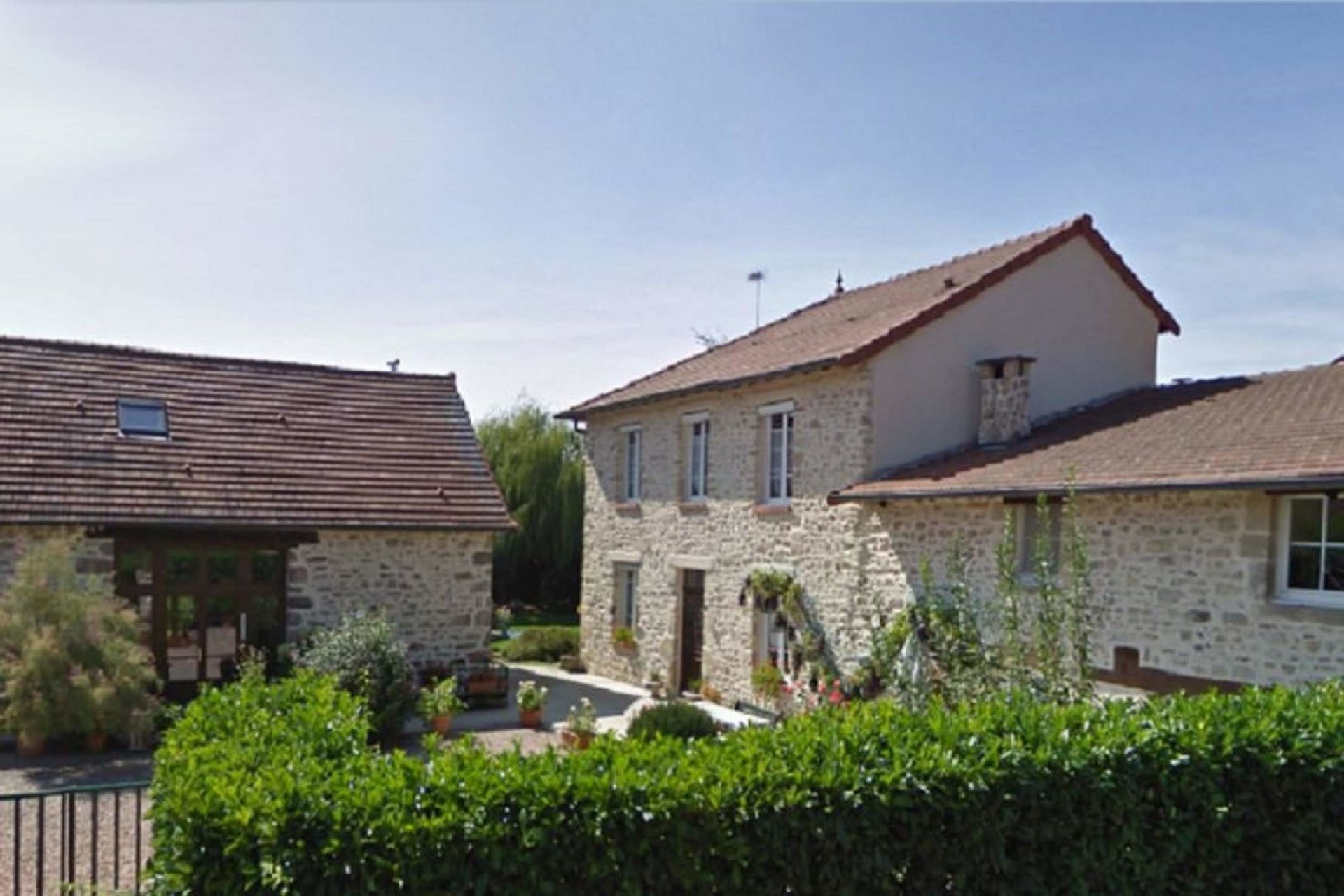 For sale in Allier, spacious house, swimming pool and garden
