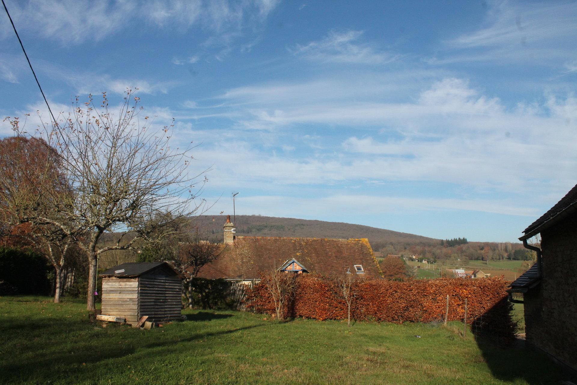 maison pierre dans hameau vue sur la forêt