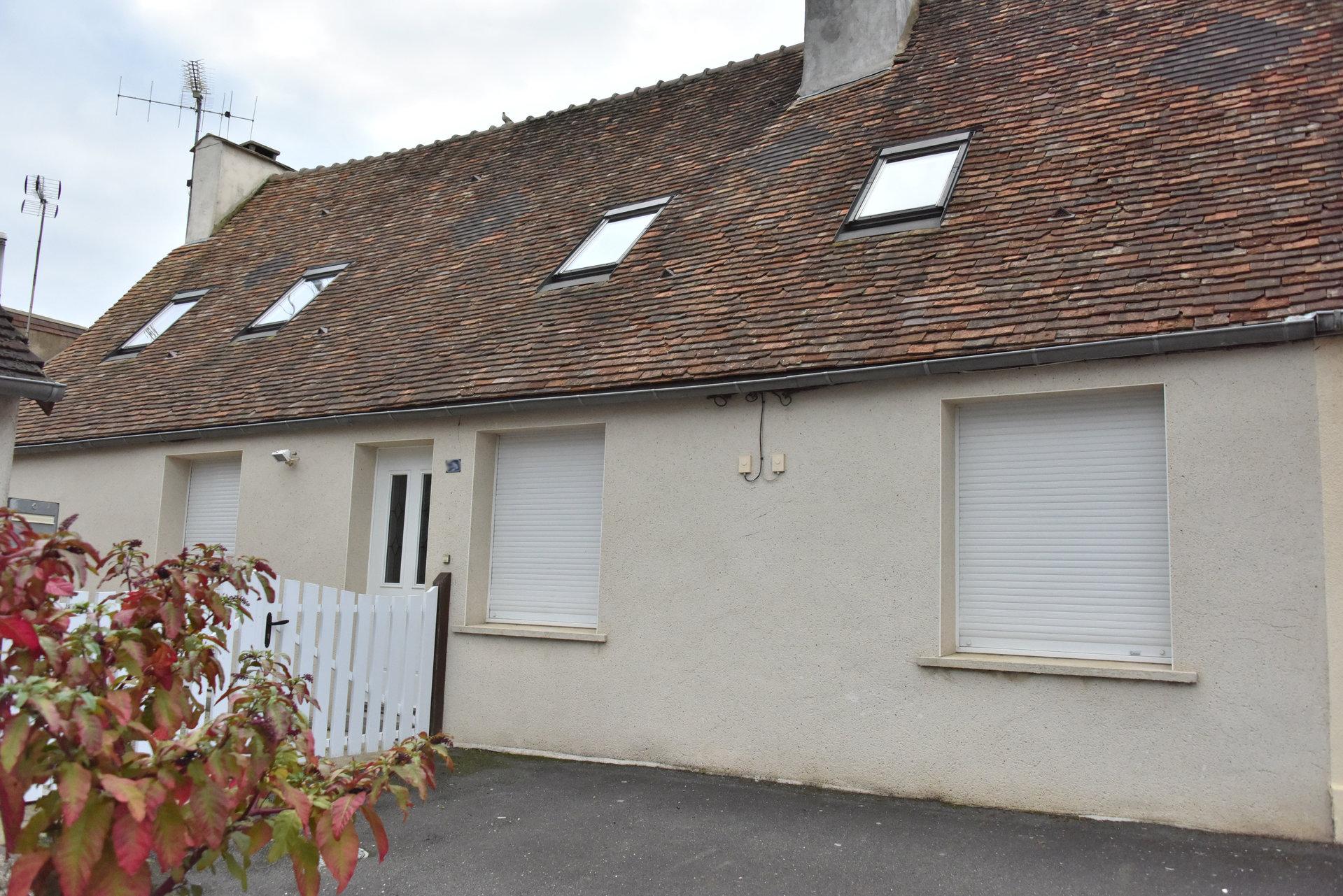 Maison ancienne avec garage et jardin sur Saint Germain du Corbeis
