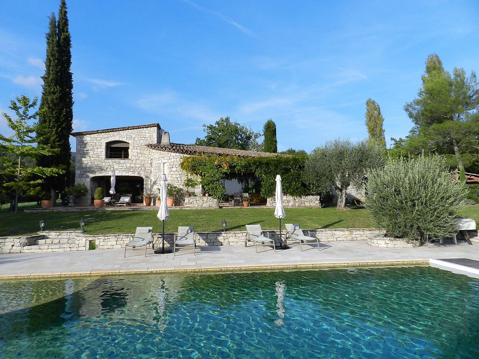 Belle propriété en pierre, 1,5 hect, piscine, à pied du village de Fayence