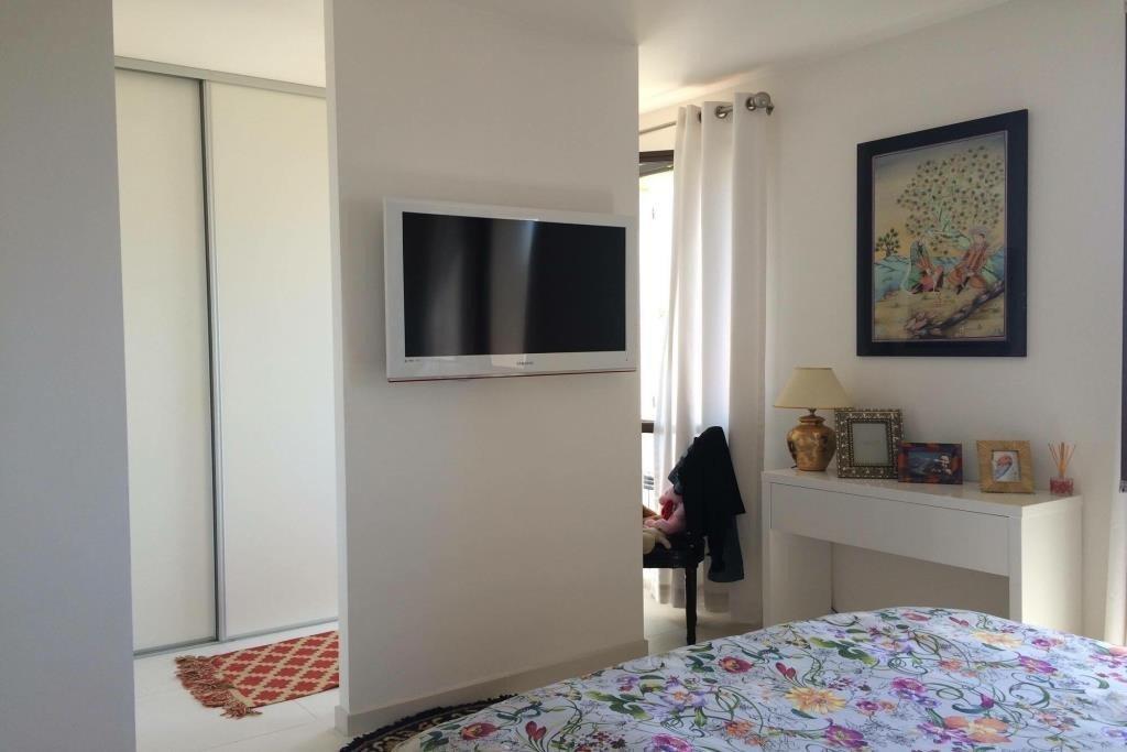 EXCLUSIVITE ! Magnifique 2 pièces vide  entièrement rénové au calme,  1 hall d'entrée sur salon/salle à manger, 1 cuisine ...