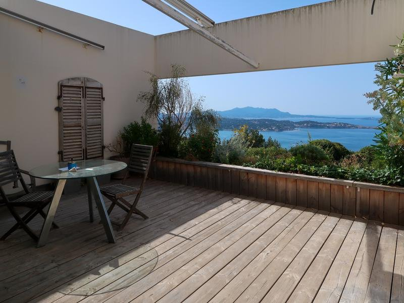 Apartment with sea view and pool in Bandol