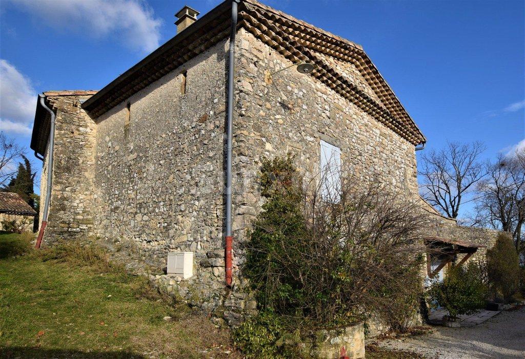 A 1h30 de Lyon , Belle Propriété en Pierre avec terrain paysagé , source bassin, grange et dépendance