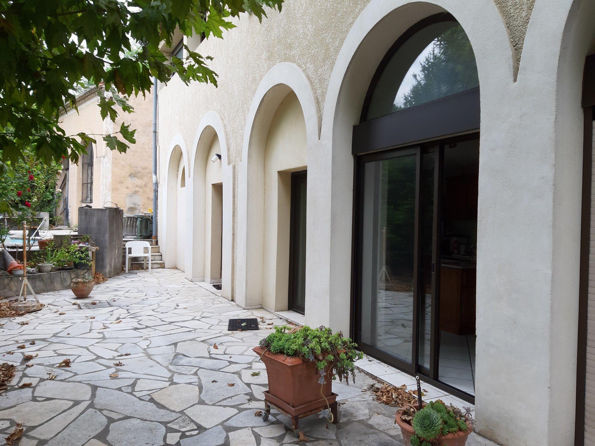 Ancien couvent en pierre restauré