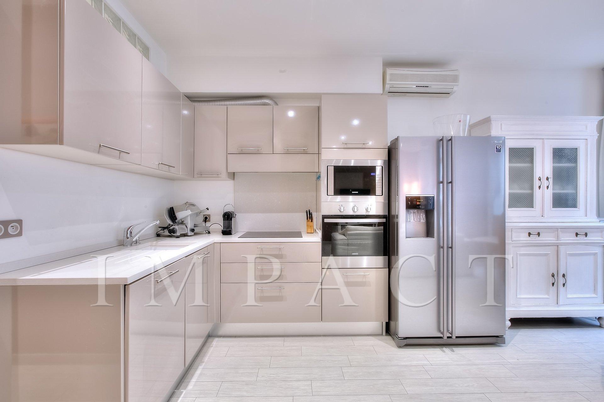 Appartement 2 chambres à louer avec large terrasse vue mer, centre de Cannes.