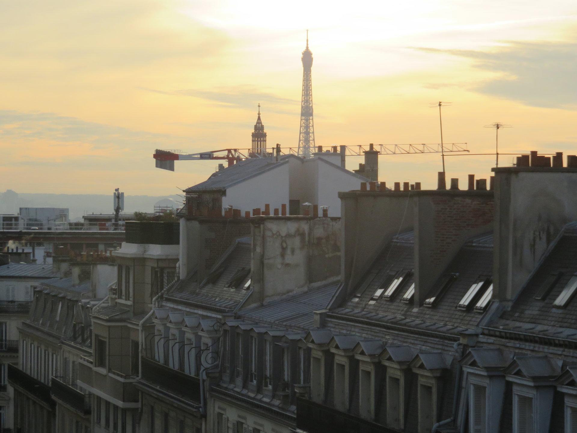 Paris VIII - SECTORISATION CONDORCET - STUDETTE MEUBLÉE-  BALCON - VUE TOUR EIFFEL CIEL ET TOITS