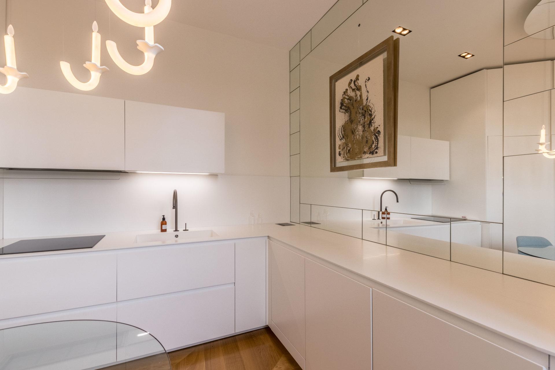 Luxurious 3-room apartment, upscale renovation, on Garibaldi square with balcony