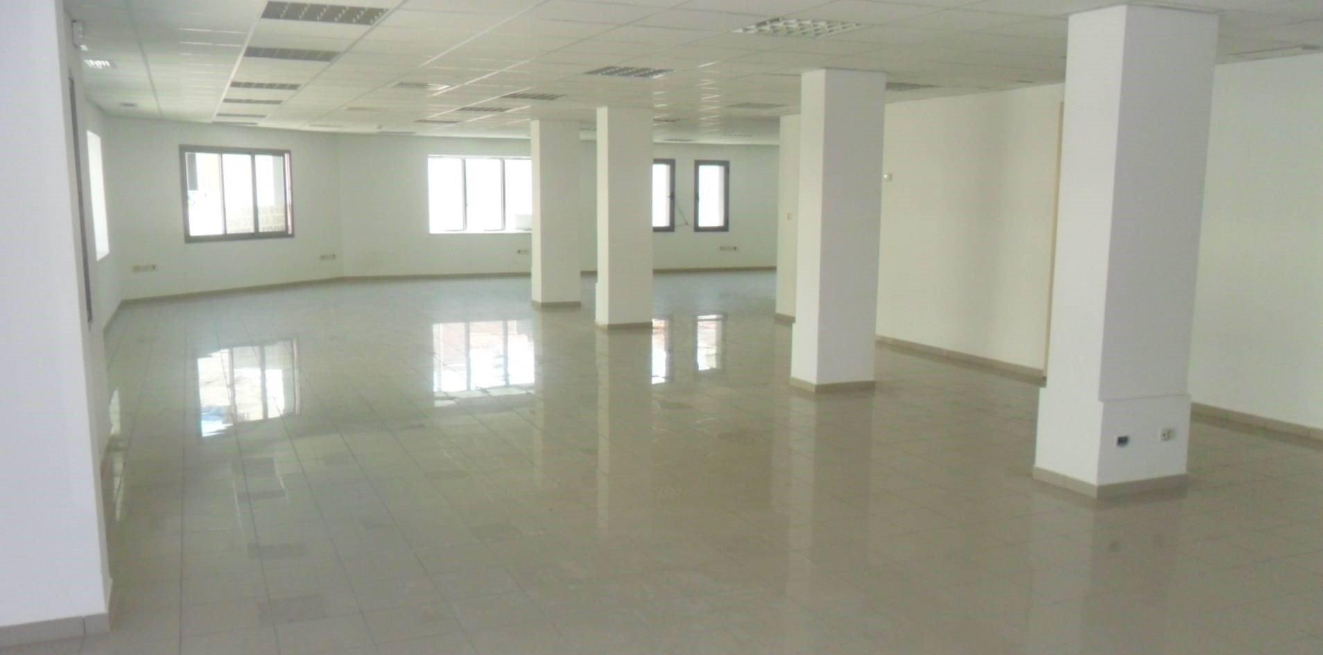 Open space avec 5 bureaux aux berges du lac