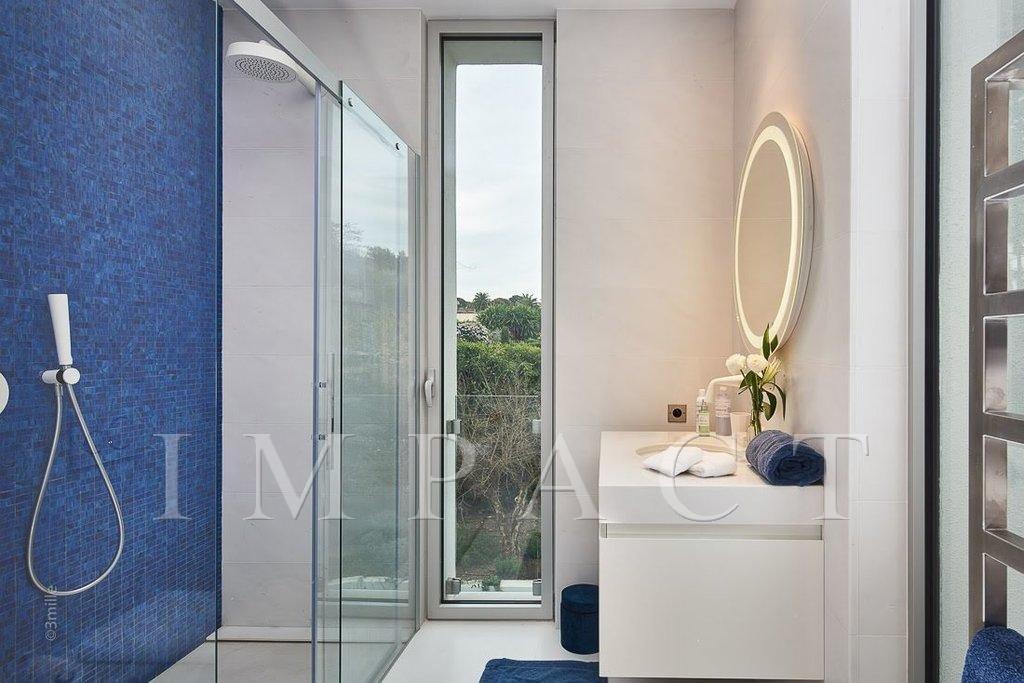 Villa d'architecte à louer, 5 chambres, 5 salles de bain, vue exceptionnelle sur la mer et les alpes, située au Cap d'Antibes.