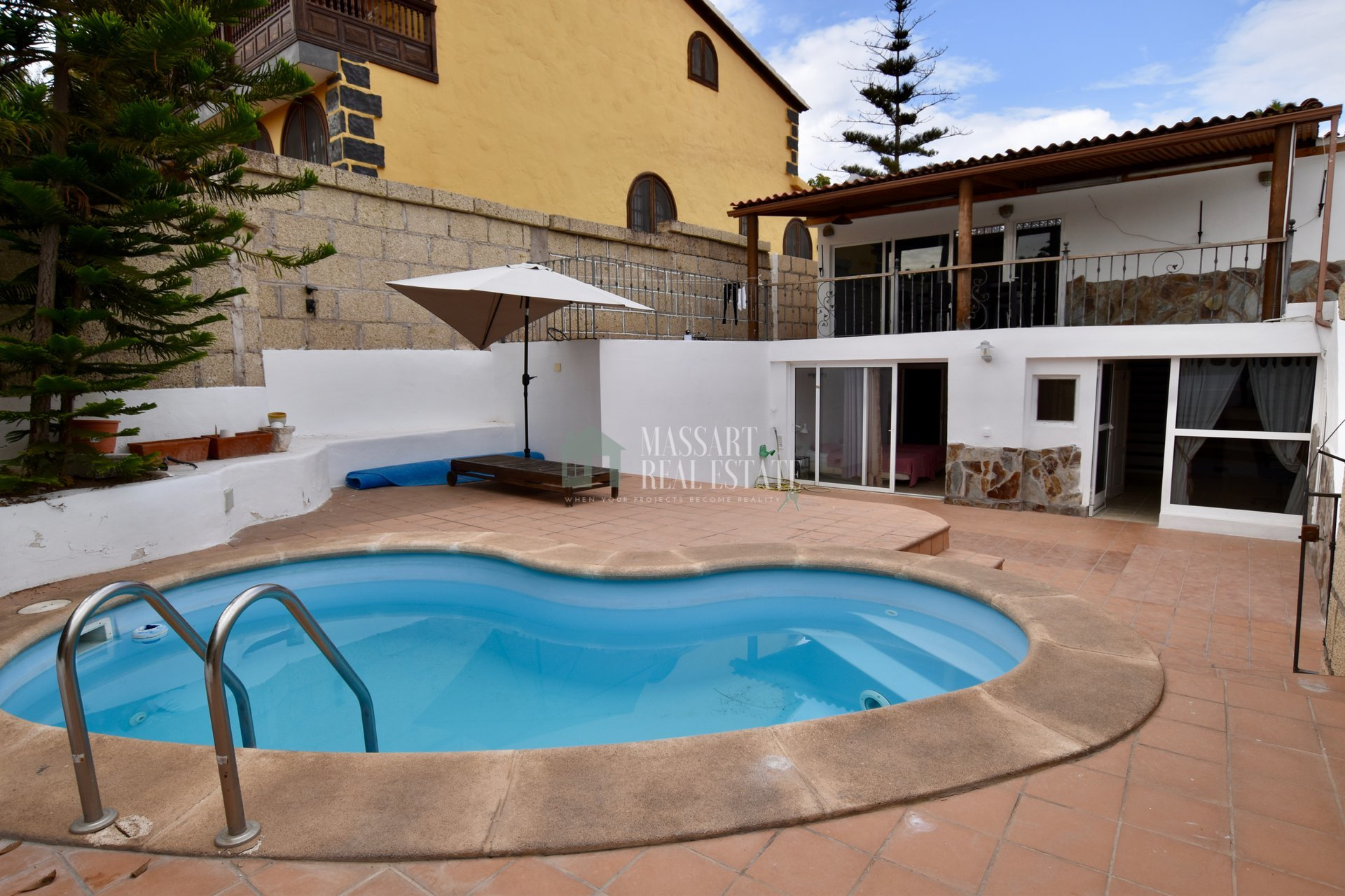 For rent / sale in Chayofa, beautiful villa of 260m2 distributed on two floors and located in a street where tranquility reigns.