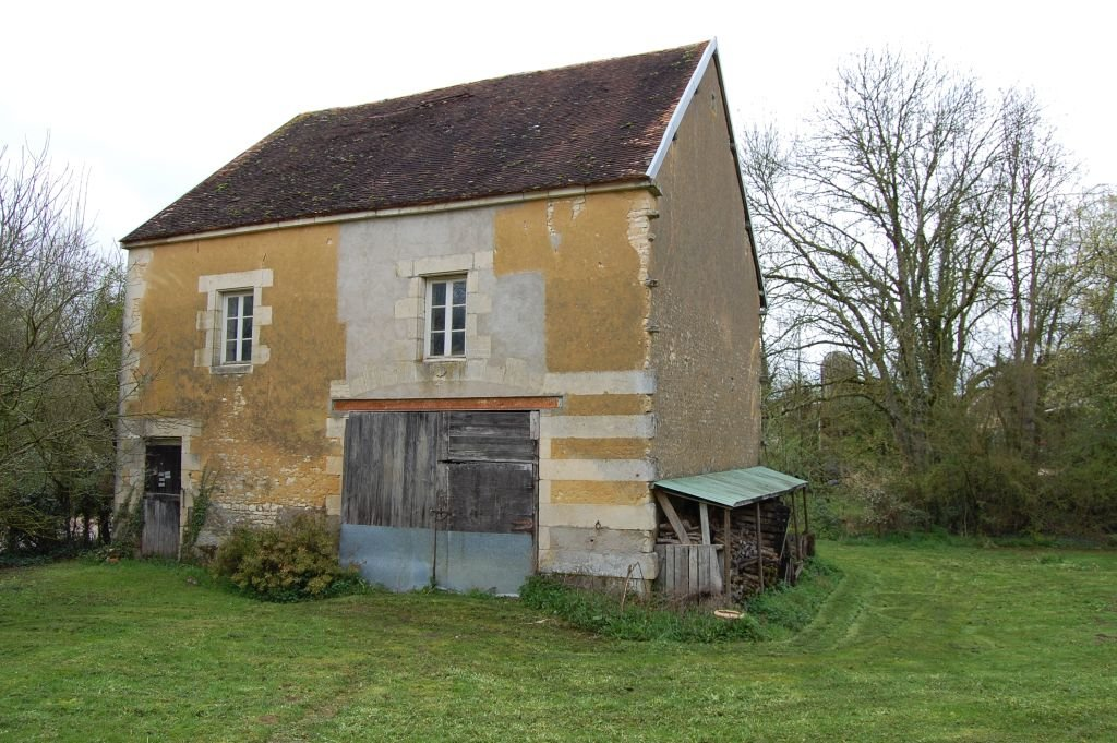 YONNE - In hamlet, splendid old house with outbuilding on 4.050 m2