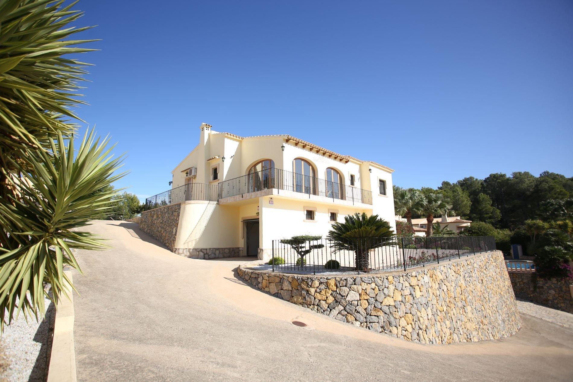 Spacious villa with impressive south facing views