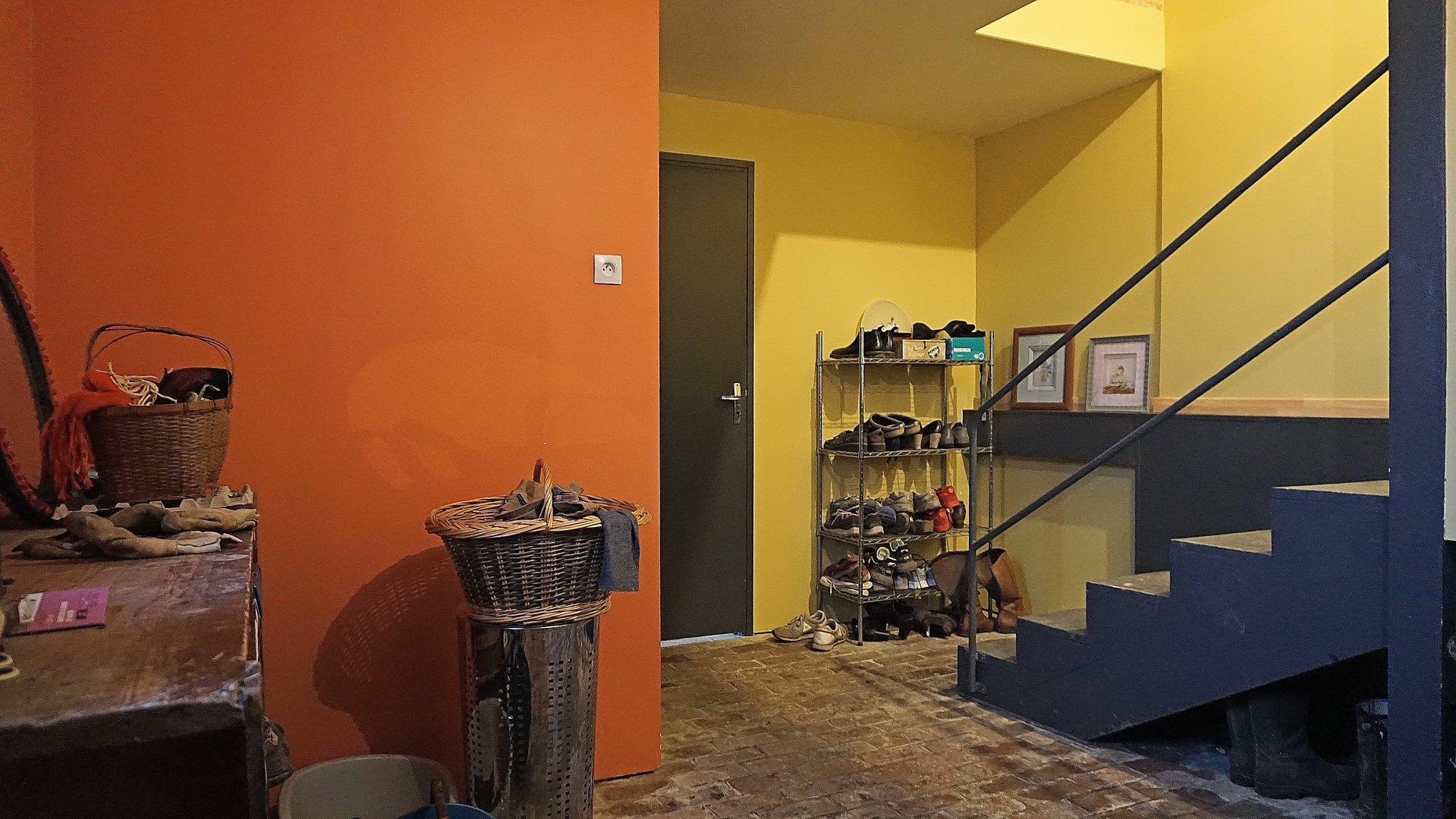 PAYS D'AUGE - CALVADOS Une maison avec des dépendances et du terrain 5ha12a15ca de prairies.