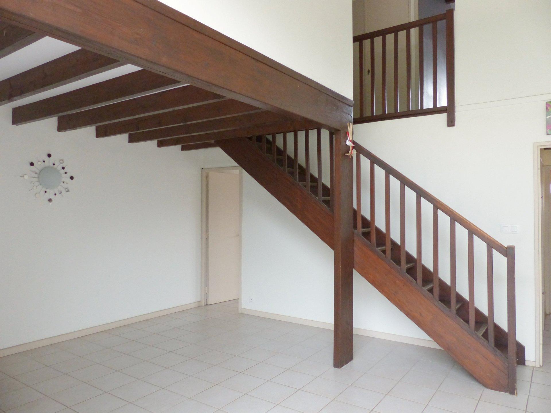 A Mâcon, proche des commodités tout en étant dans un quartier résidentiel calme, maison de ville très bien entretenue avec jardinet.  En rez de chaussée, elle dispose d'une entrée desservant la cuisine aménagée, d'une grande chambre, d'une buanderie et d'un séjour avec une très belle hauteur sous plafond.  A l'étage, elle dispose de trois chambres et d'une salle de douche.  La pièce à vivre donne directement sur un joli jardinet facile d'entretien et bien exposé.  Rénovée en 2013 (électricité, plomberie, intérieur et aménagement extérieur), il ne reste plus qu'à la mettre à son goût.  Les plus : Un garage ainsi qu'un rendement non négligeable grâce à ses panneaux solaires !