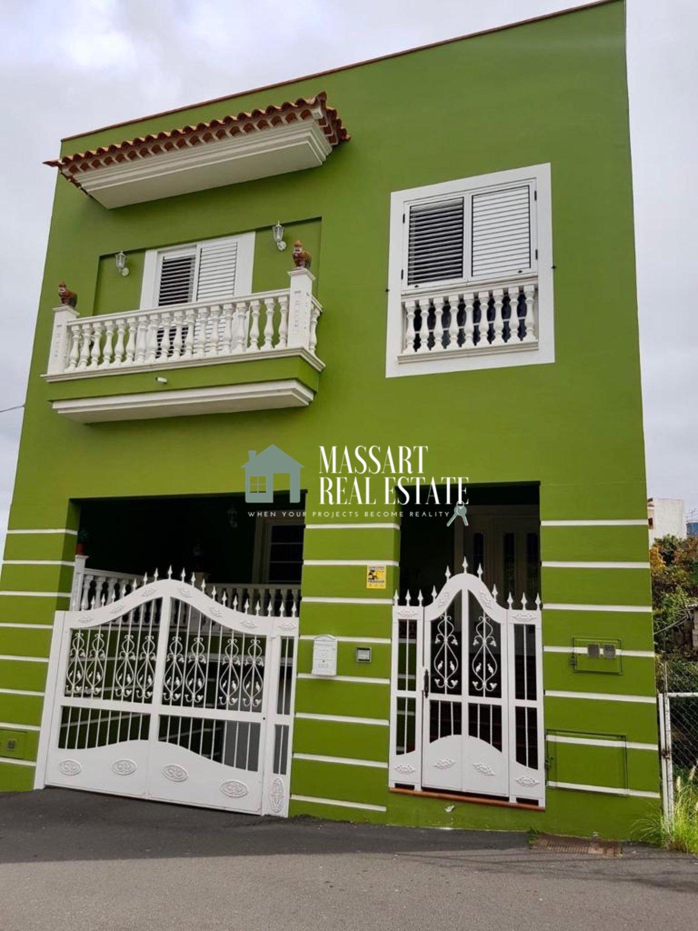Maison indépendante de 253 m2 répartis sur trois étages en très bon état.