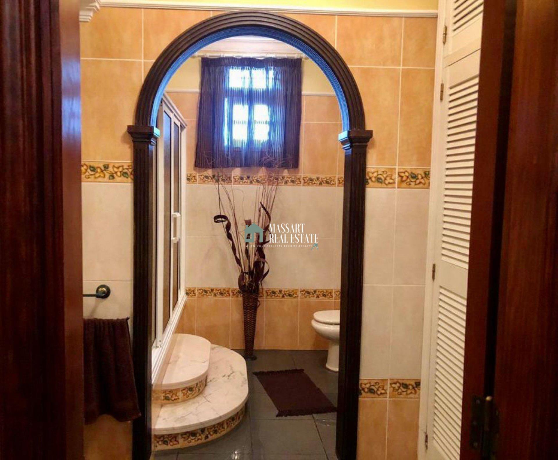 Freistehendes Haus von 253 m2 auf drei Etagen in sehr gutem Zustand.