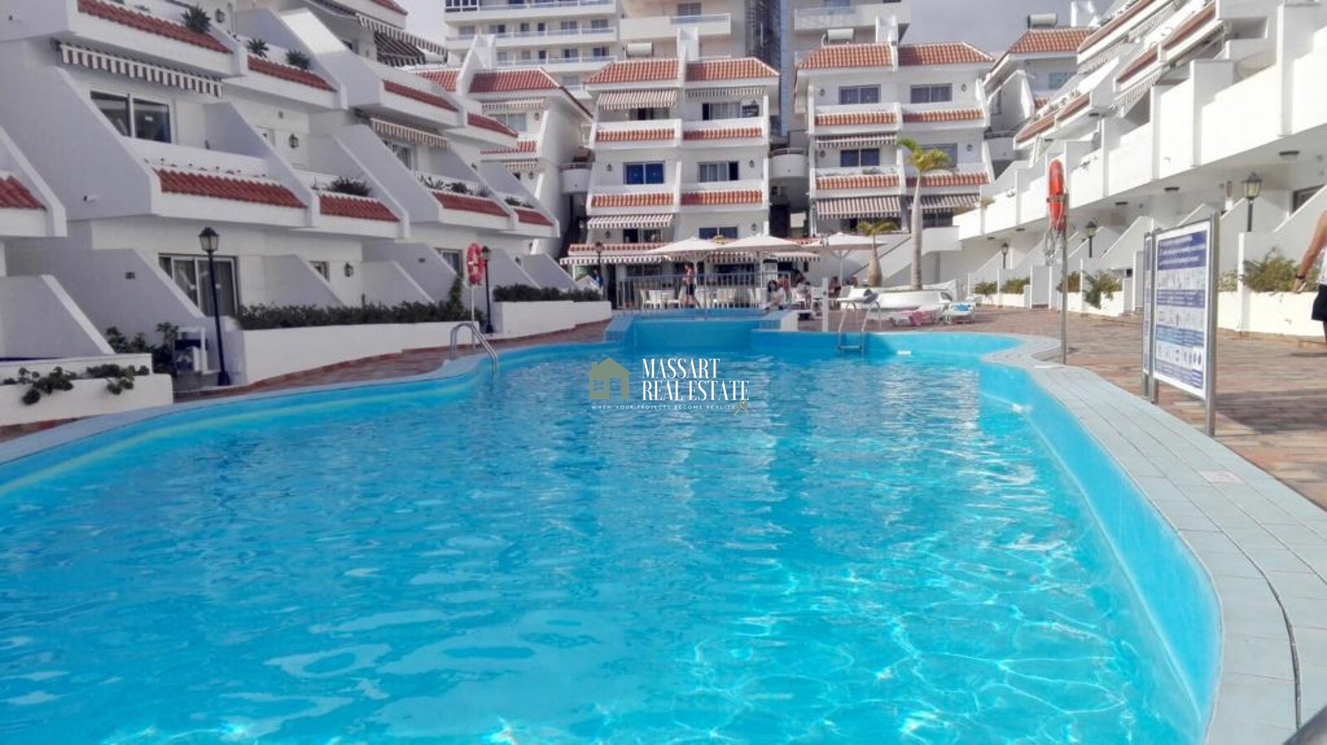 For sale in the strategic area of Playa de las Américas, in the residential complex Las Floritas, functional apartment of 52 m2 fully furnished.