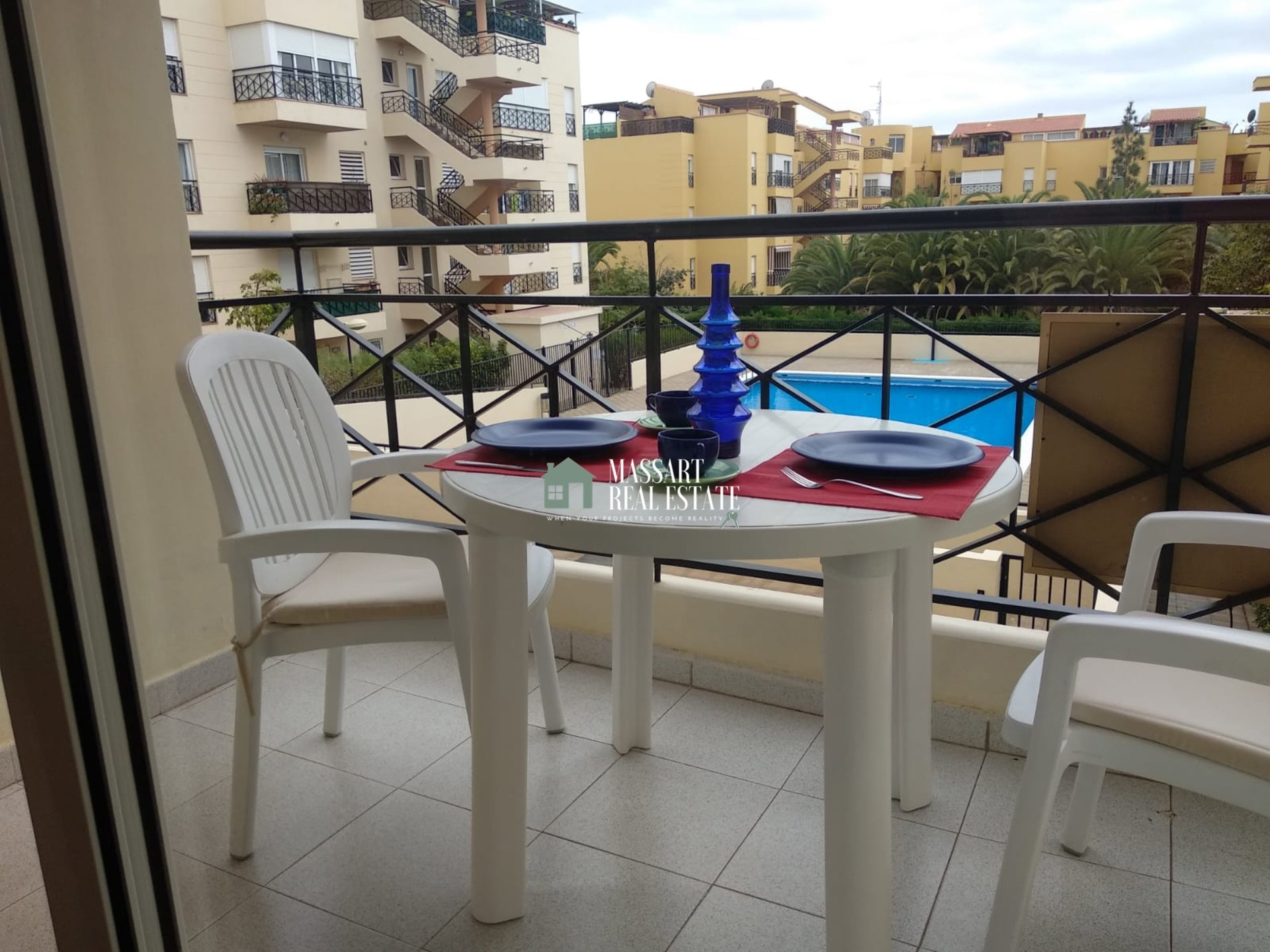 For sale in Parque de la Reina (Arona), 65 m2 apartment located on the first floor with all the amenities in its surroundings.