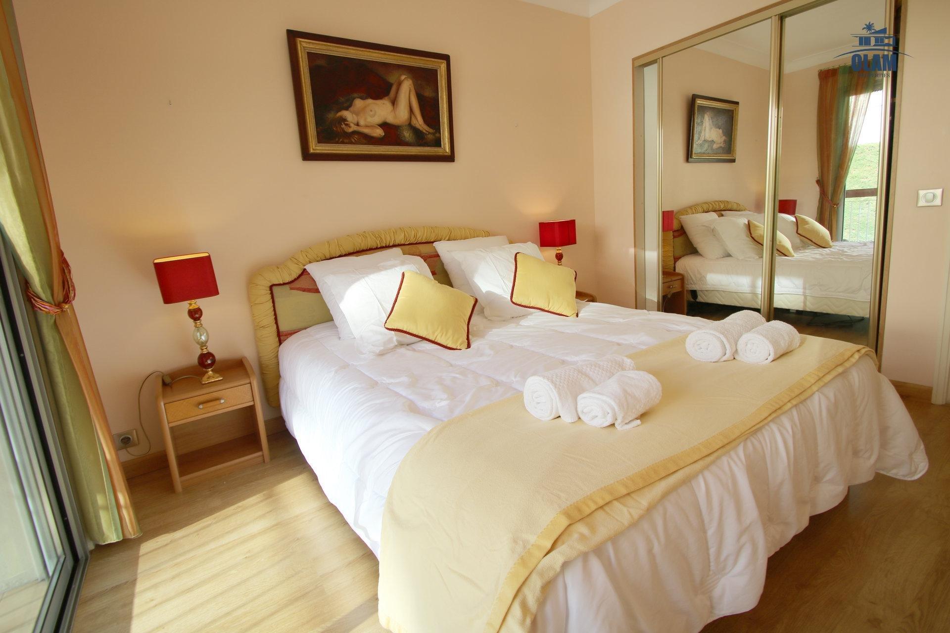 Grande chambre, lit 160, patio, Cannes, Croisette, vacances, congrès