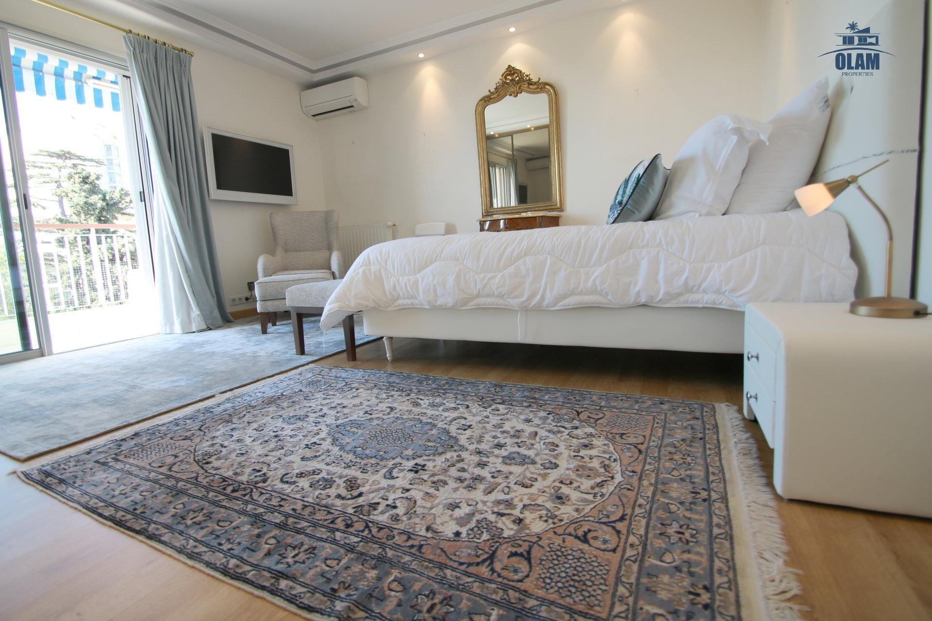 Big bedroom, queensize bed, Cannes, French Riviera, cozy