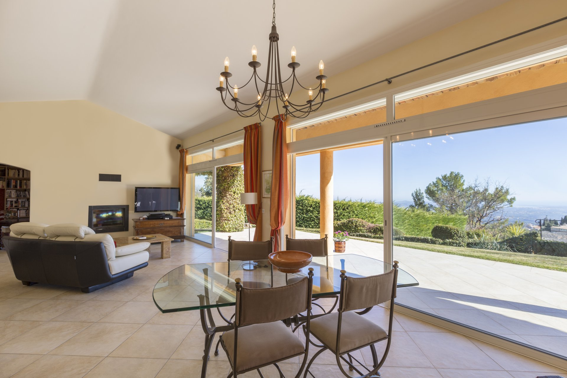 Sophisticated architecture and great views Cabris