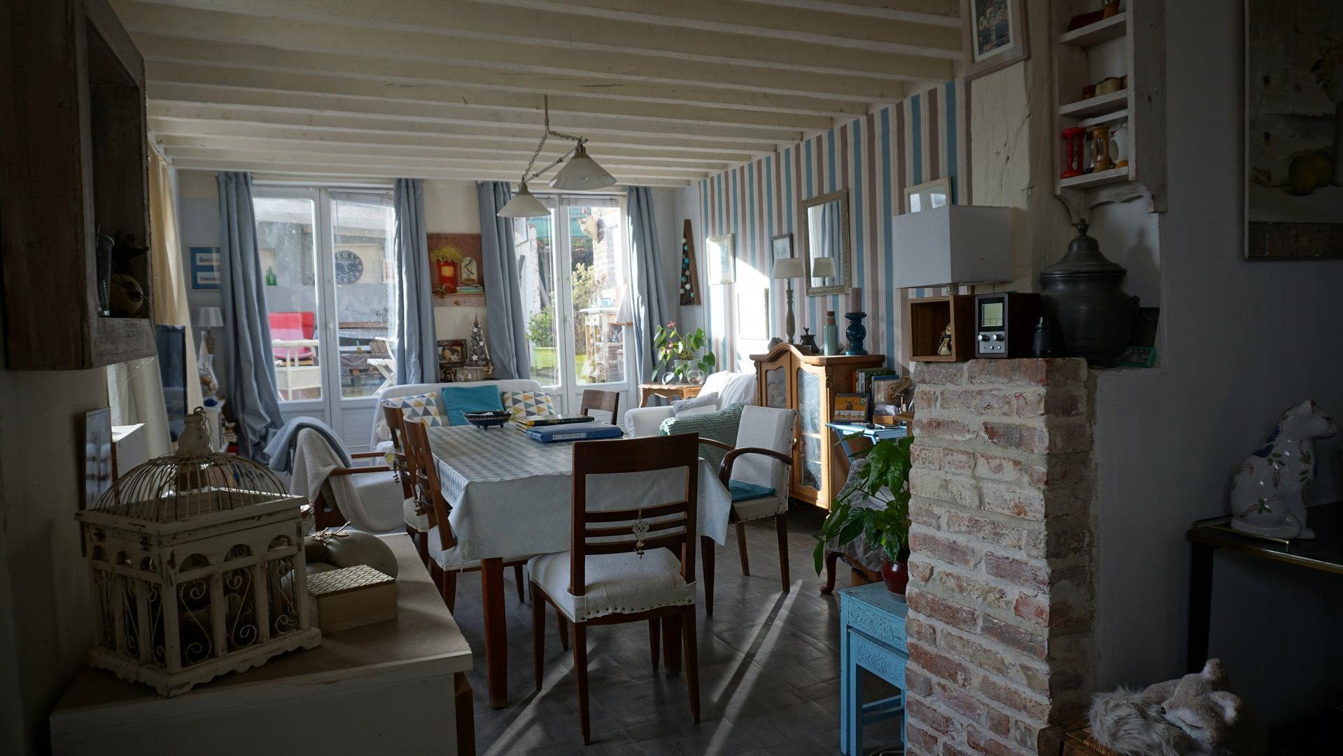 PAYS D'AUGE -CALVADOS une maison avec un jardin.