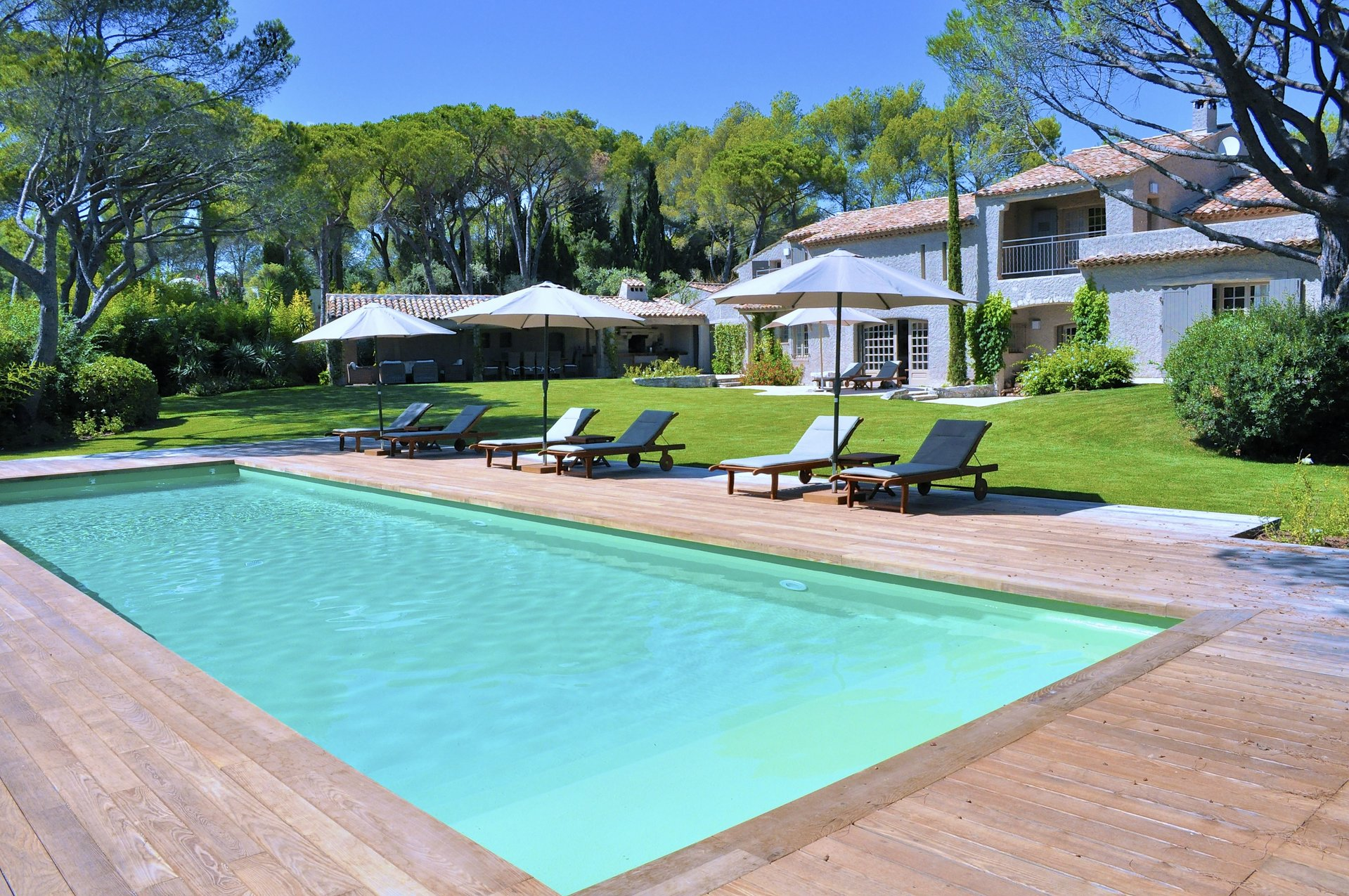 St. Raphaël - Spacious authentic villa with external buildings (+ 500m2) in the luxury Valescure
