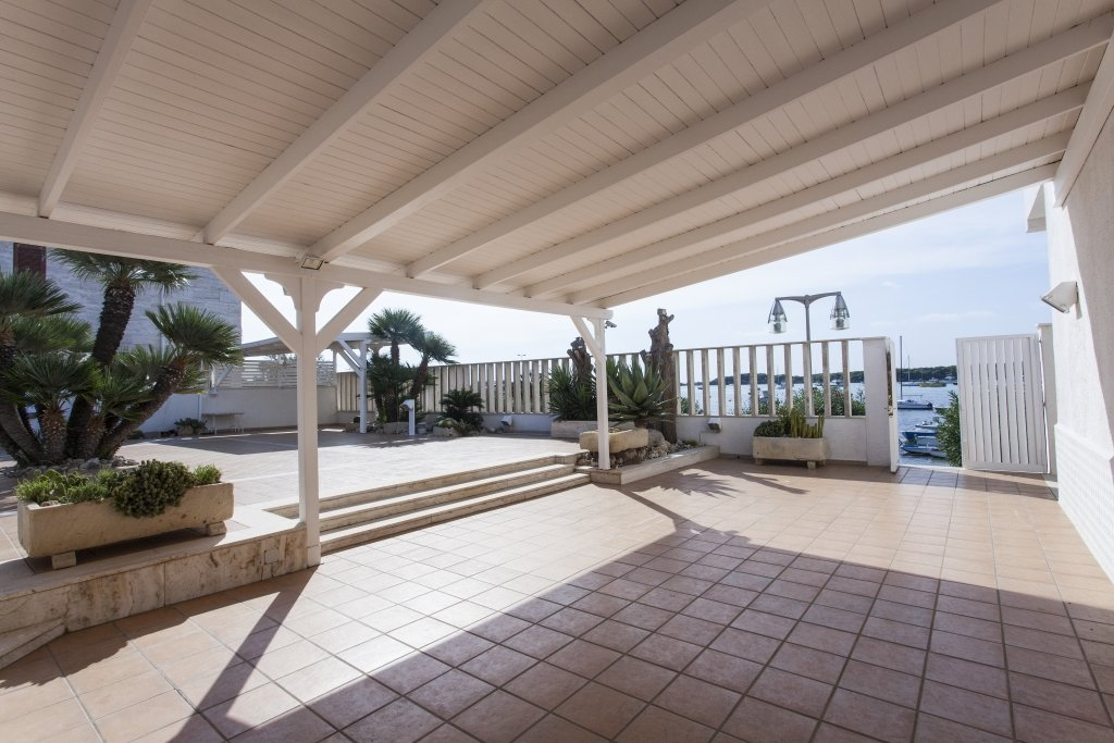 Beachfront villa, 7 bedrooms, courtyard and roof terrace