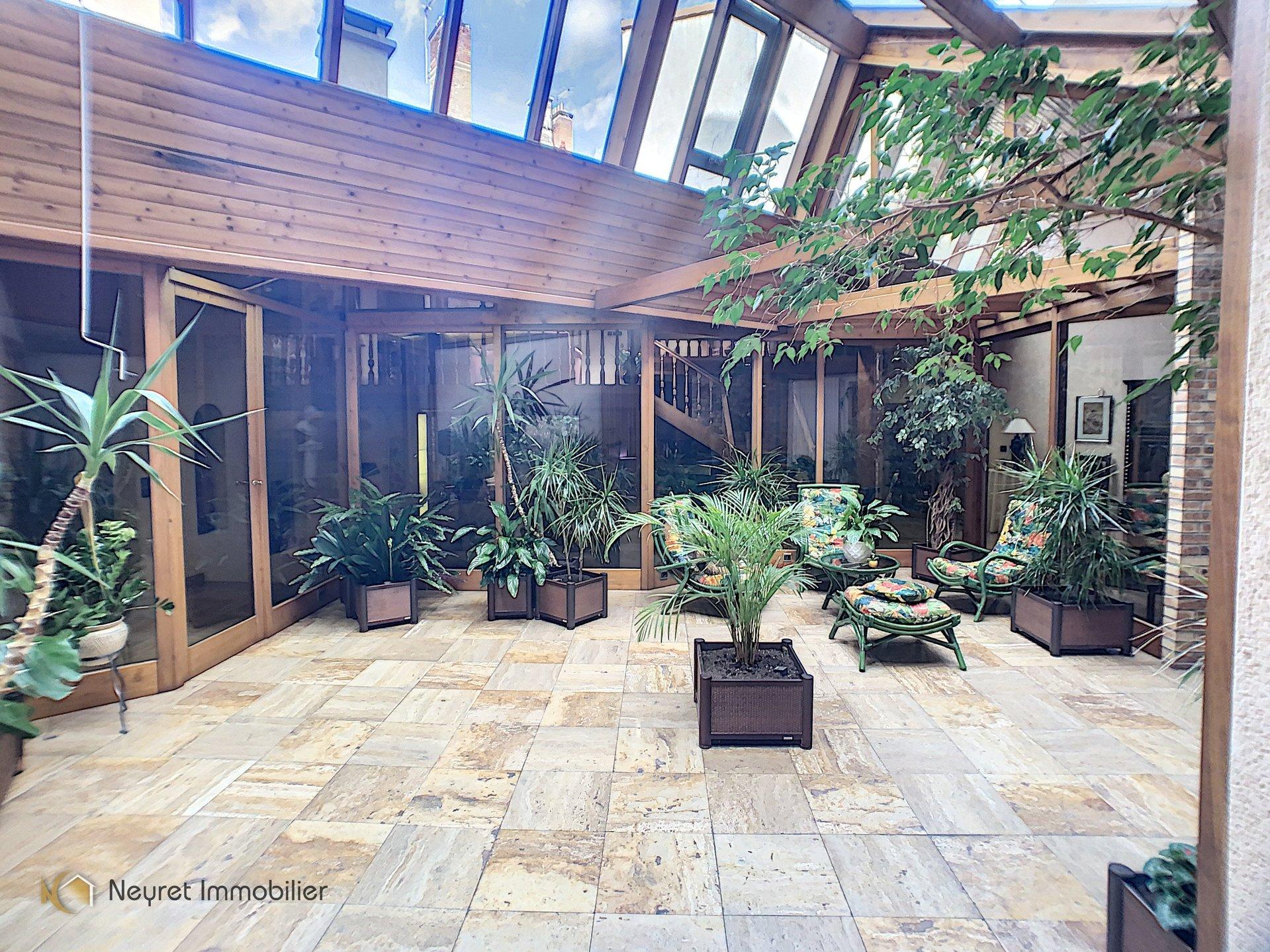 PROX. HOTEL DE VILLE IMMEUBLE DE 700 M²