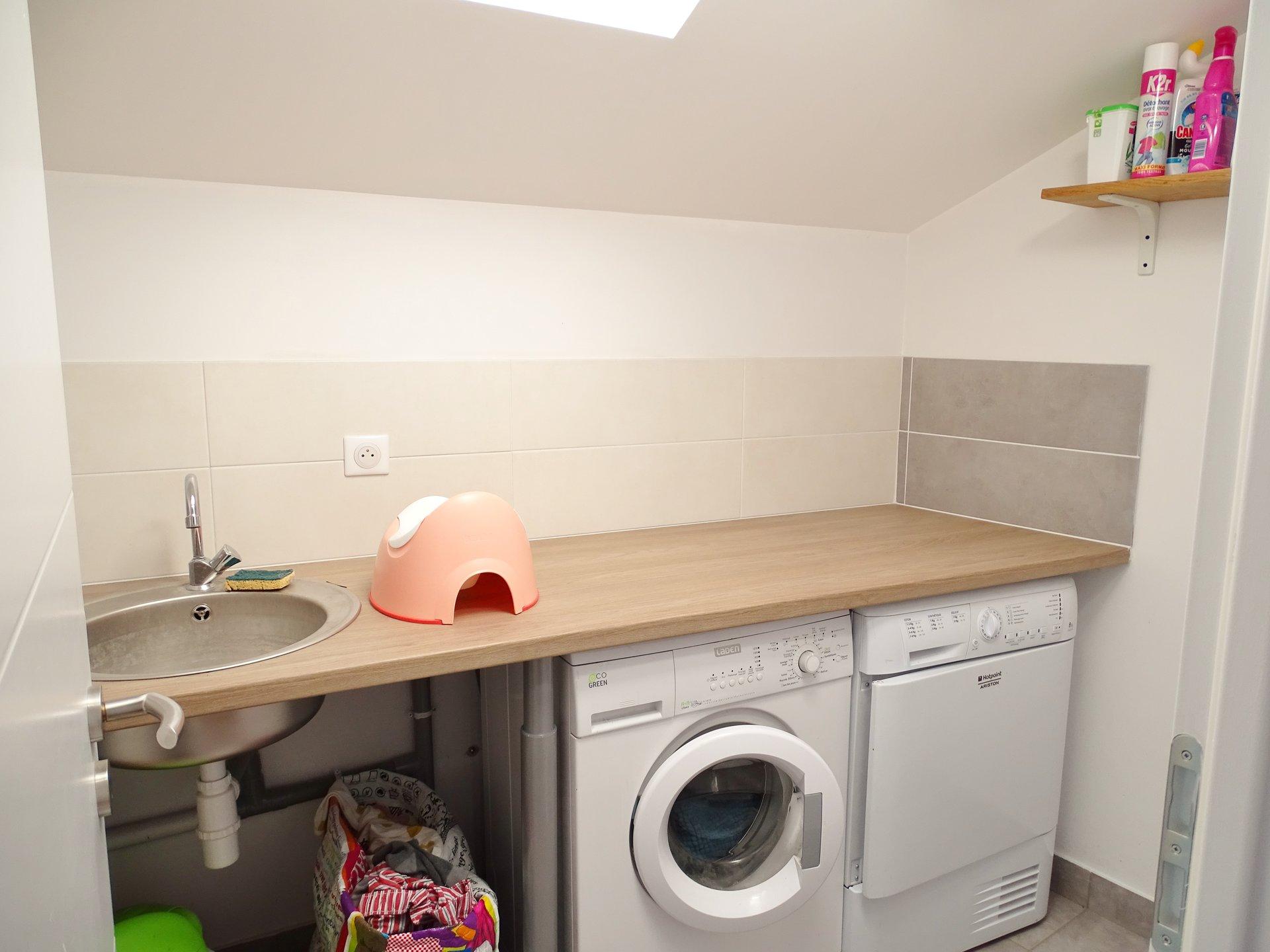 Située à 7 minutes à l'ouest de Charnay, cette maison construite en 2017 est d'une qualité rare. Le niveau de vie principal offre une cuisine équipée ouverte sur un séjour approchant les 40 m². Il donne directement par de belles baies vitrées sur une terrasse en partie couverte de 50 m². Ce même niveau offre un bureau. L'étage offre 3 chambres dont une suite parentale avec sa salle de douche, plus une salle de bains et une buanderie. Double vitrage aluminium, parquets massifs, pompe à chaleur réversible, cheminée, garage double, abris 2 véhicules, cave... La cerise sur le gâteau? la possibilité d?entrapercevoir la Roche de Solutré. Honoraires à la charge des vendeurs.