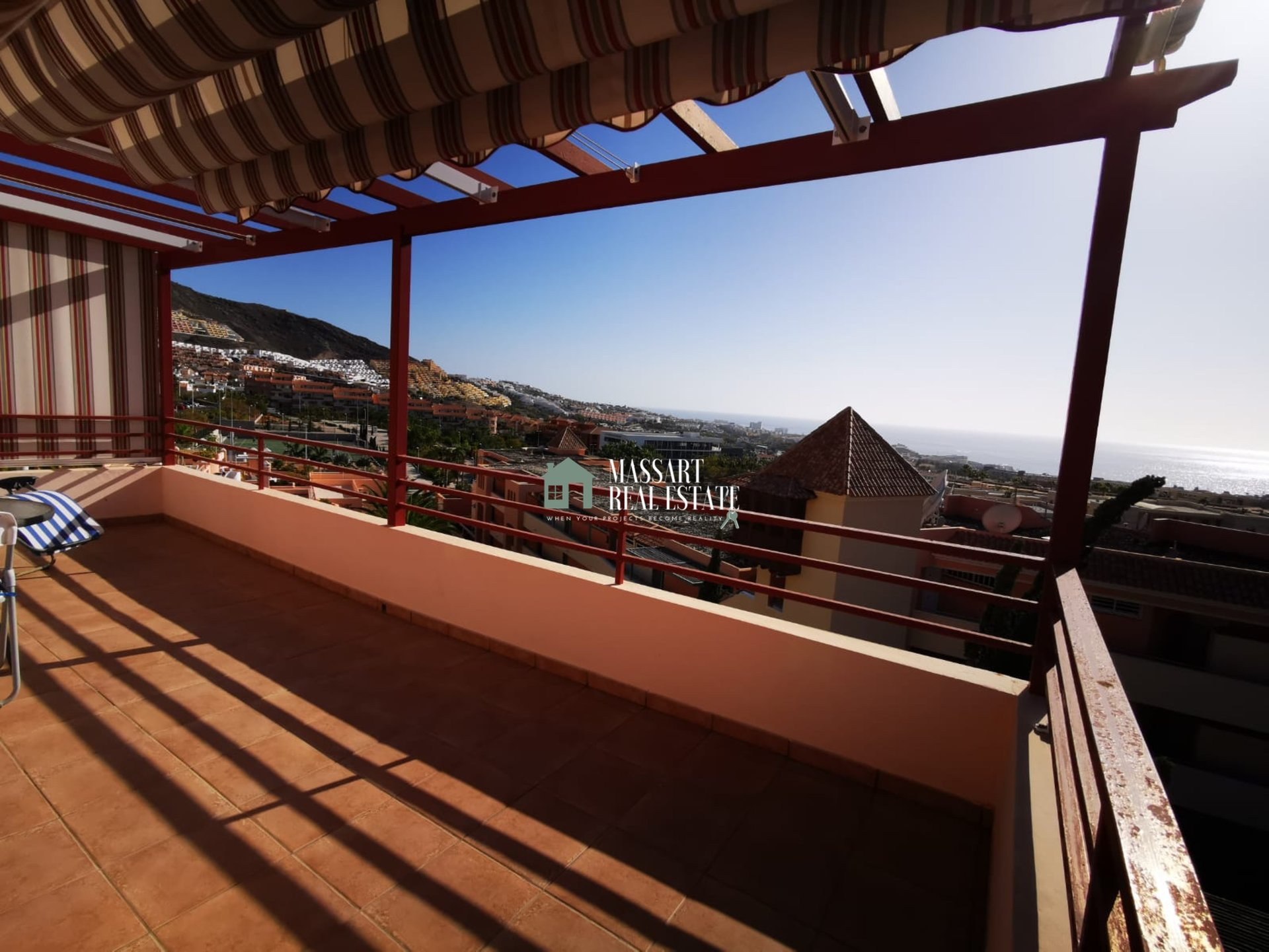 For rent in the exclusive area of ​​Fañabé Alto (Costa Adeje), attic of about 110 m2 fully furnished with quality furniture.