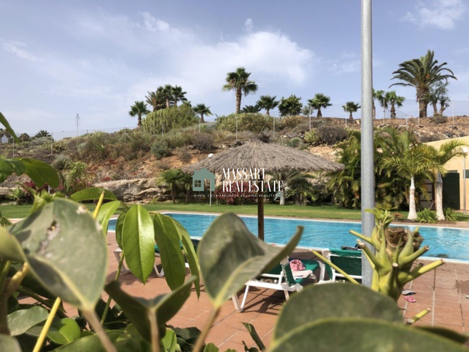 Te koop in het exclusieve gedeelte van Amarilla Golf, in het wooncomplex Palm Gardens, een luxe appartement uitgerust met kwaliteitsmeubilair.