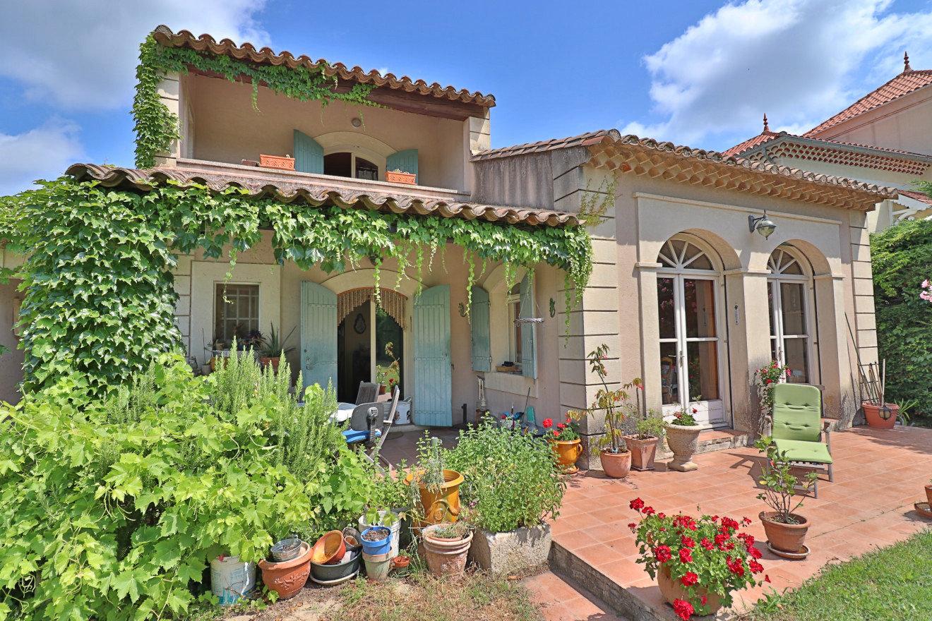 En exclusivité - Centre ville, jolie MAISON avec jardin à vendre à Saint Rémy de Provence