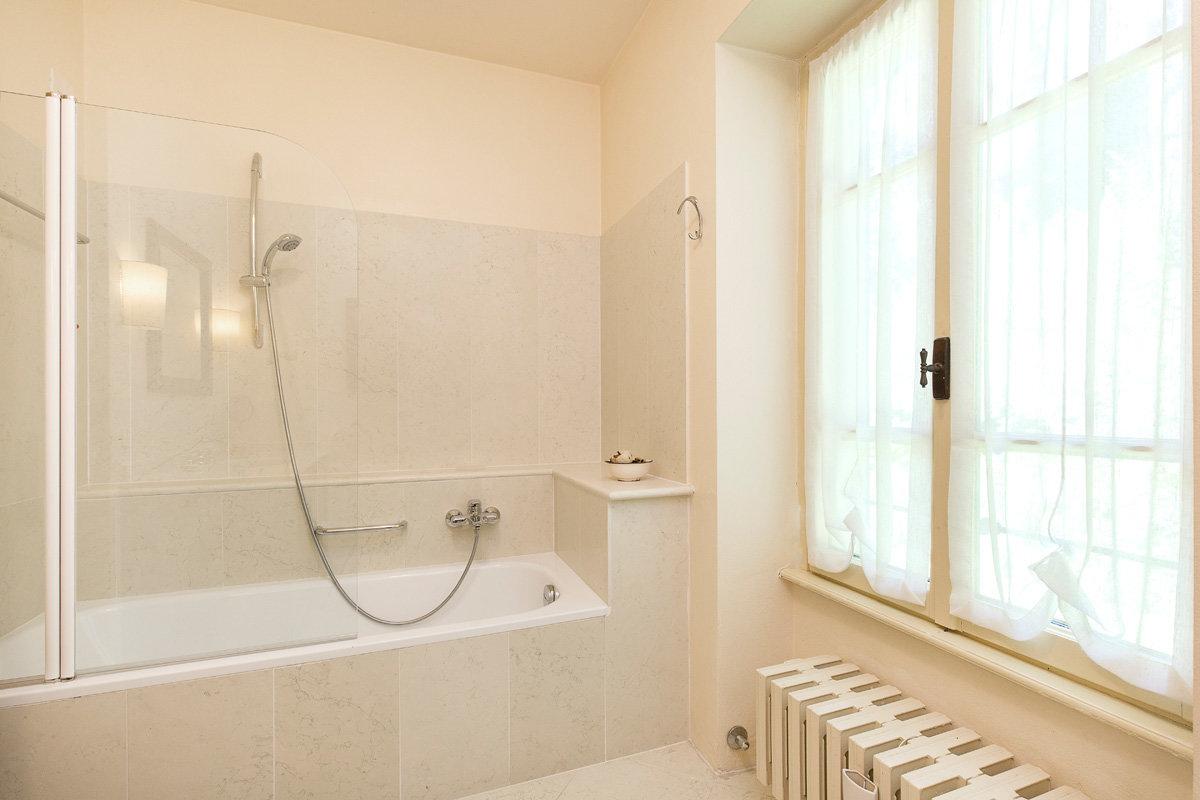 Premeno, period villa for sale on the lake - bathroom with tub
