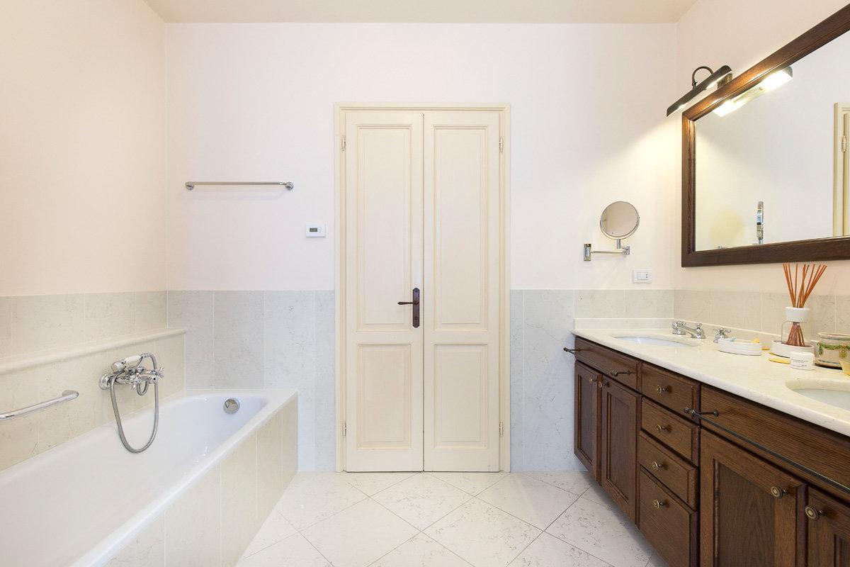 Premeno, period villa for sale on the lake - bathroom
