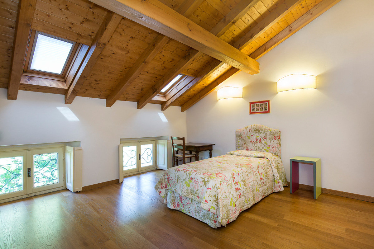 Premeno, period villa for sale on the lake - small bedroom